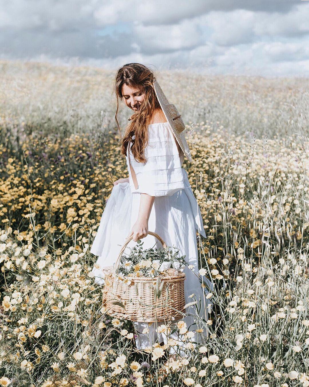 Cô gái mặc váy trắng, đội mũ cói, xách túi cói phong cách thời trang Cottagecore