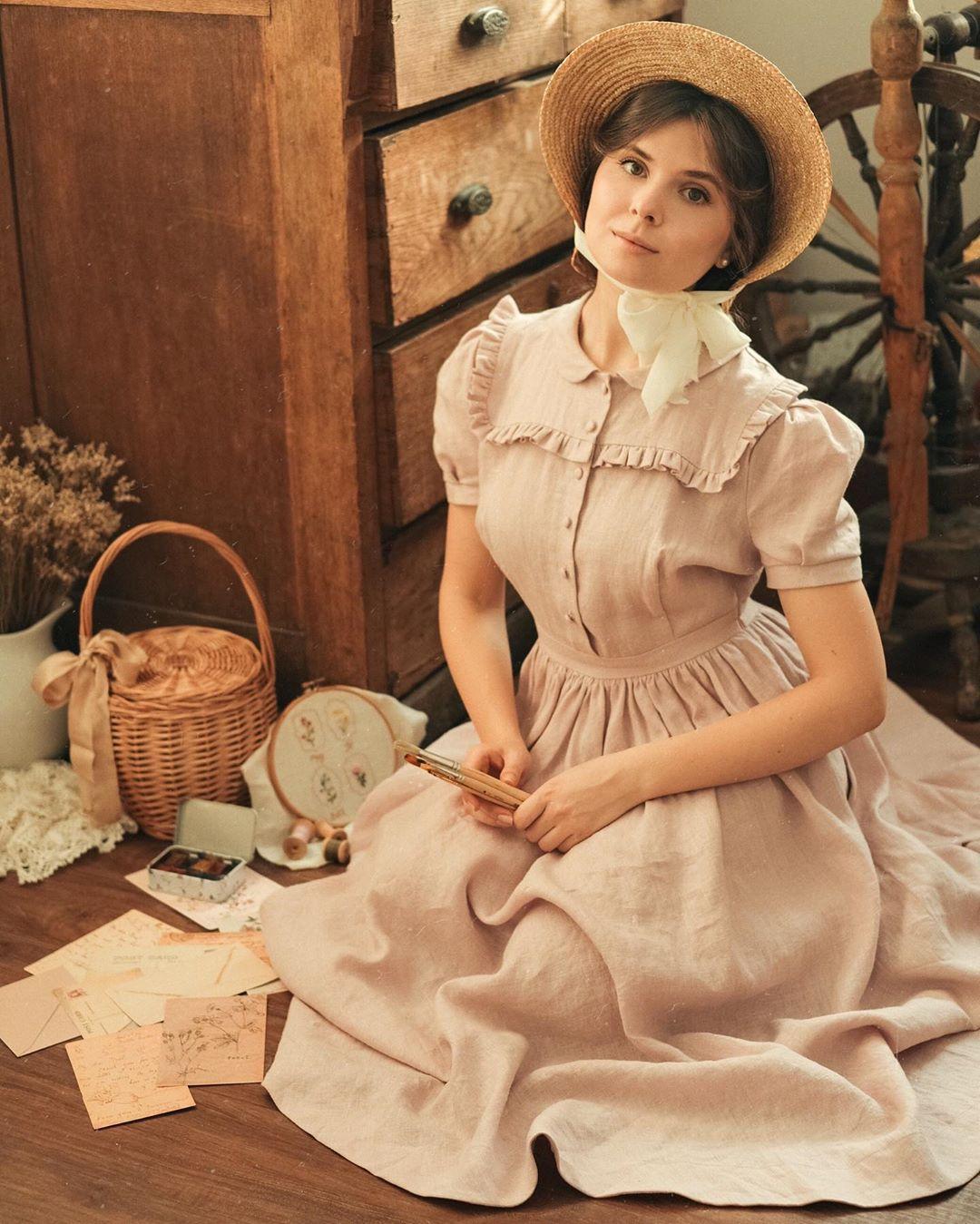 Cô gái mặc váy xòe ngắn tay cổ điển phong cách thời trang Cottagecore