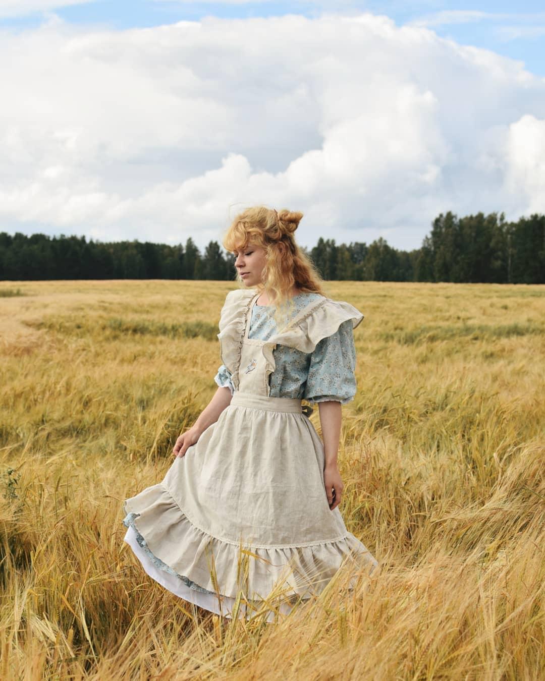 Cô gái mặc váy xòe và tạp dề phong cách thời trang Cottagecore