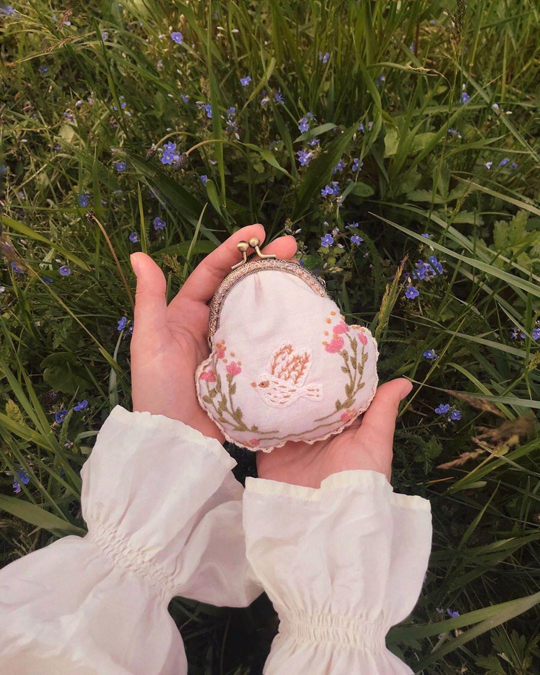 Ví nhỏ thêu hoa phong cách thời trang Cottagecore