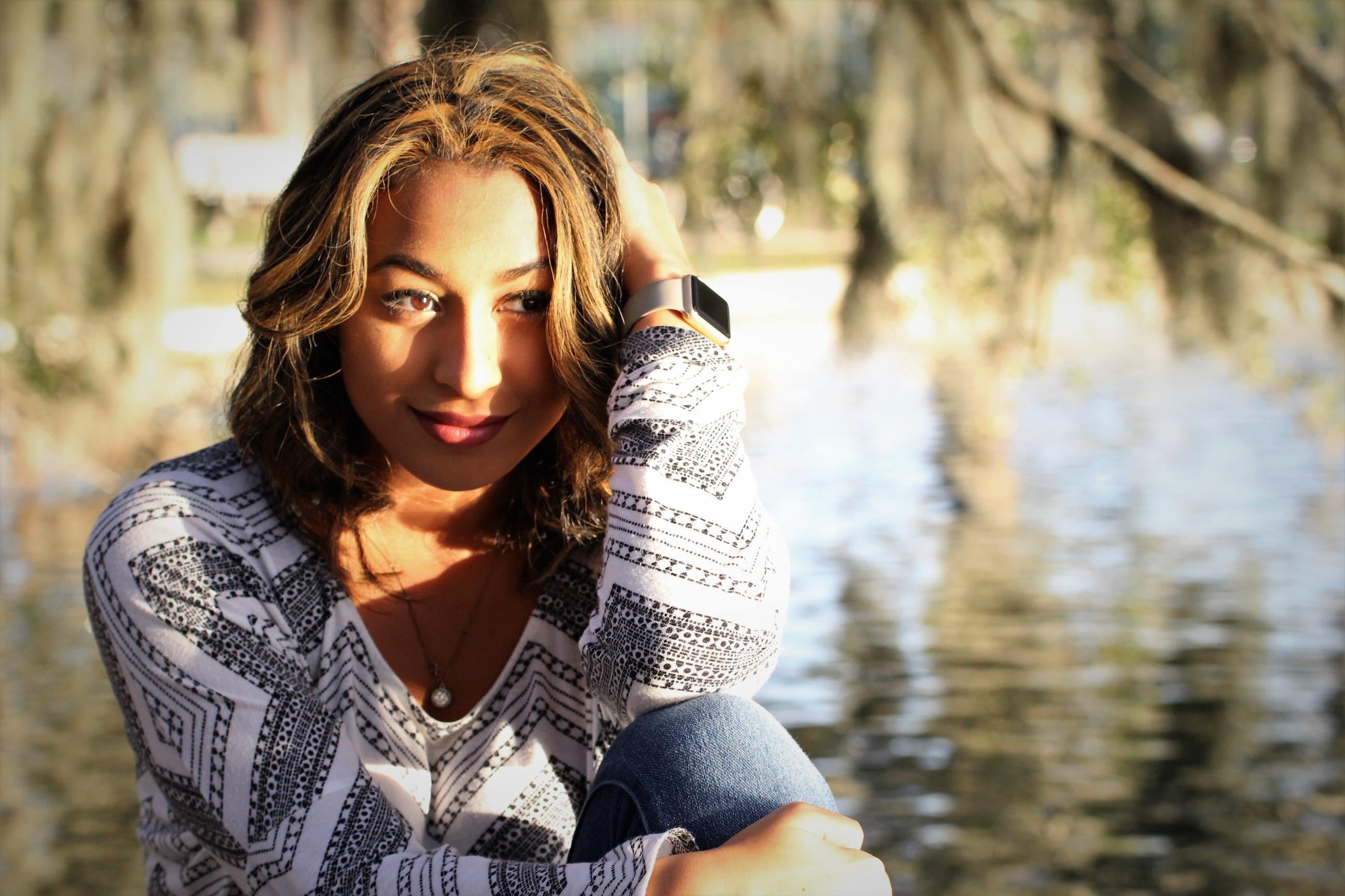 kiểu cảm xúc cô gái ngồi bên bờ hồ