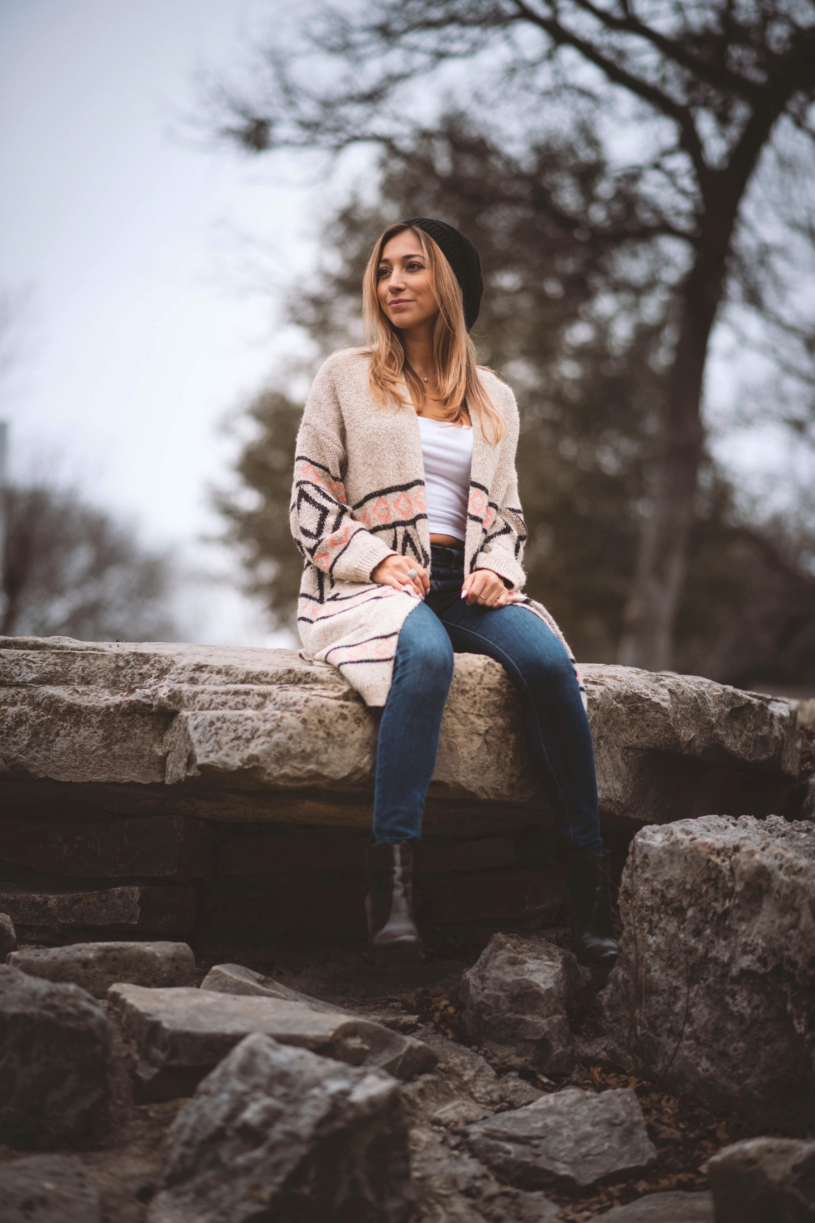 kiểu cảm xúc cô gái ngồi trên đá