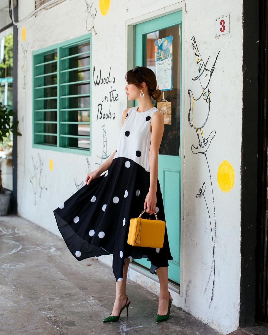 Mặc đẹp cho cung sư tử - Cô gái mặc váy xòe chấm bi trắng đen