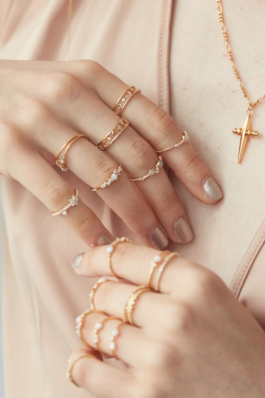 Nhẫn nữ mảnh bằng vàng đeo khắp bàn tay