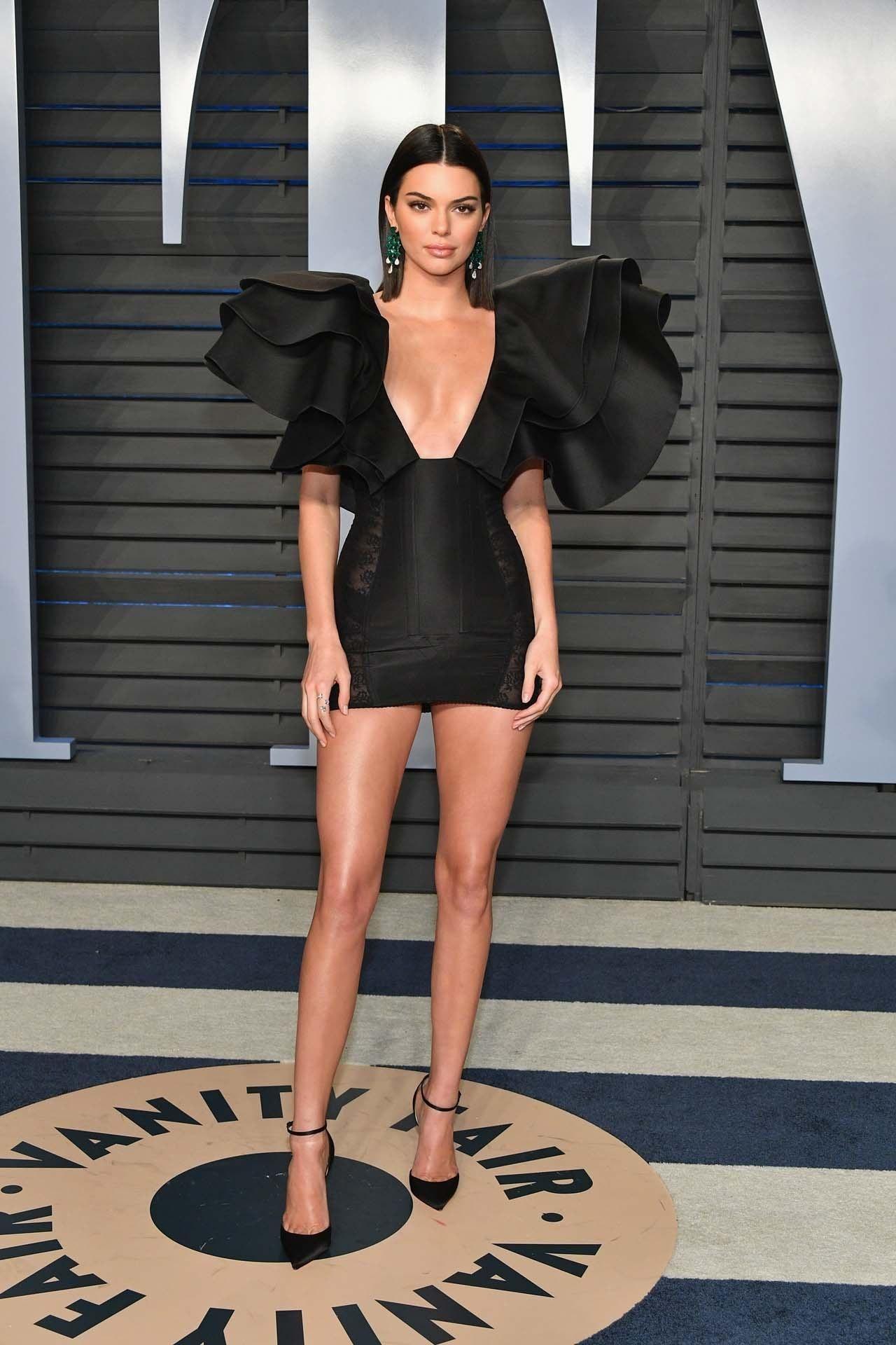 Kendall Jenner mặc váy đen và dùng mẹo đi giày cao gót