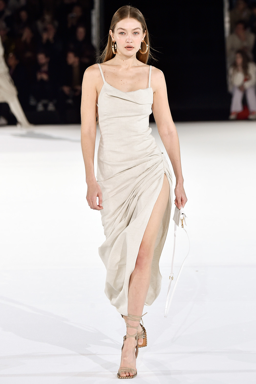 Gigi Hadi đi giày cao gót runway