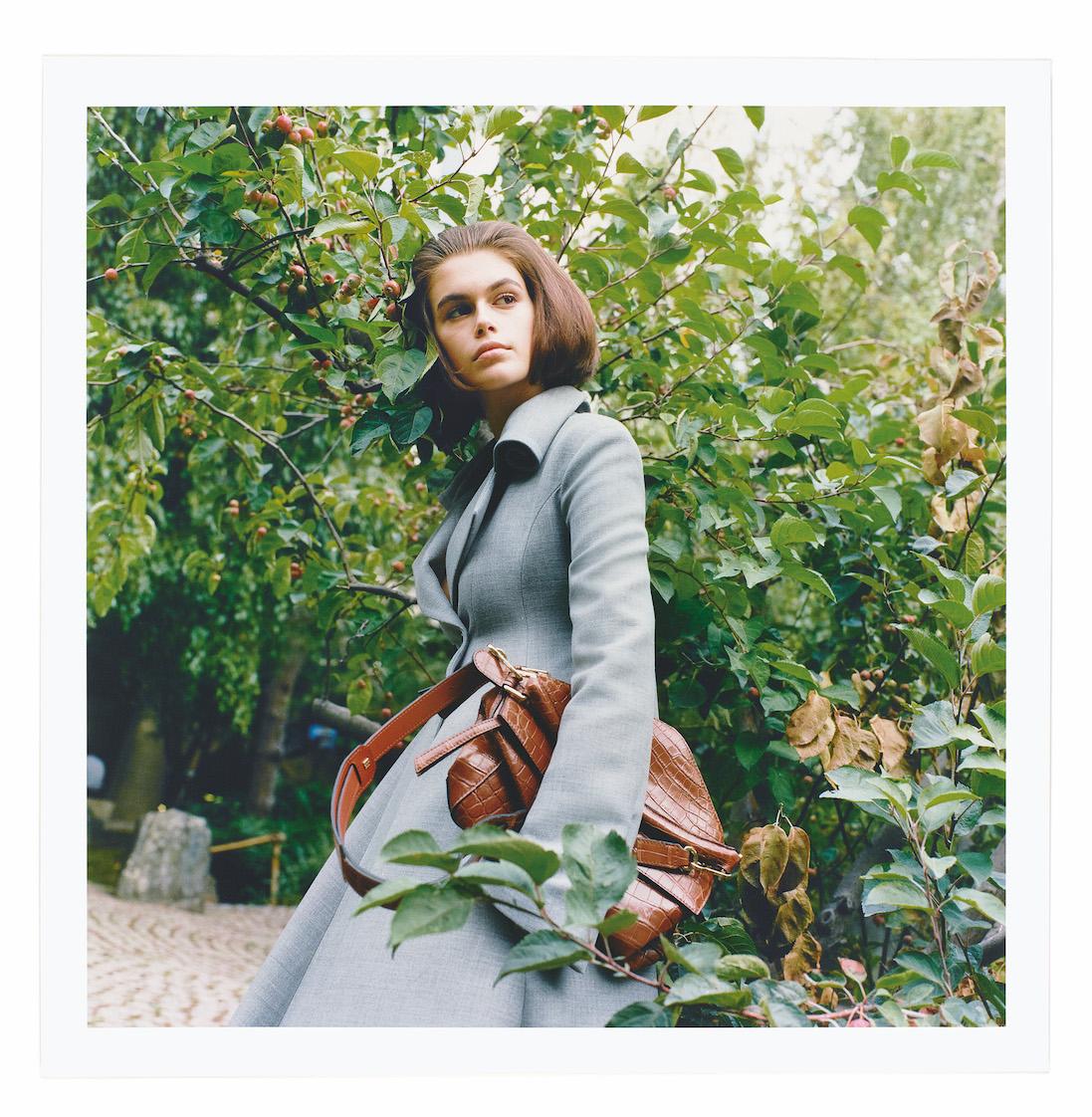 kaia gerber chụp hình cho thương hiệu thời trang loewe bởi fumiko imano