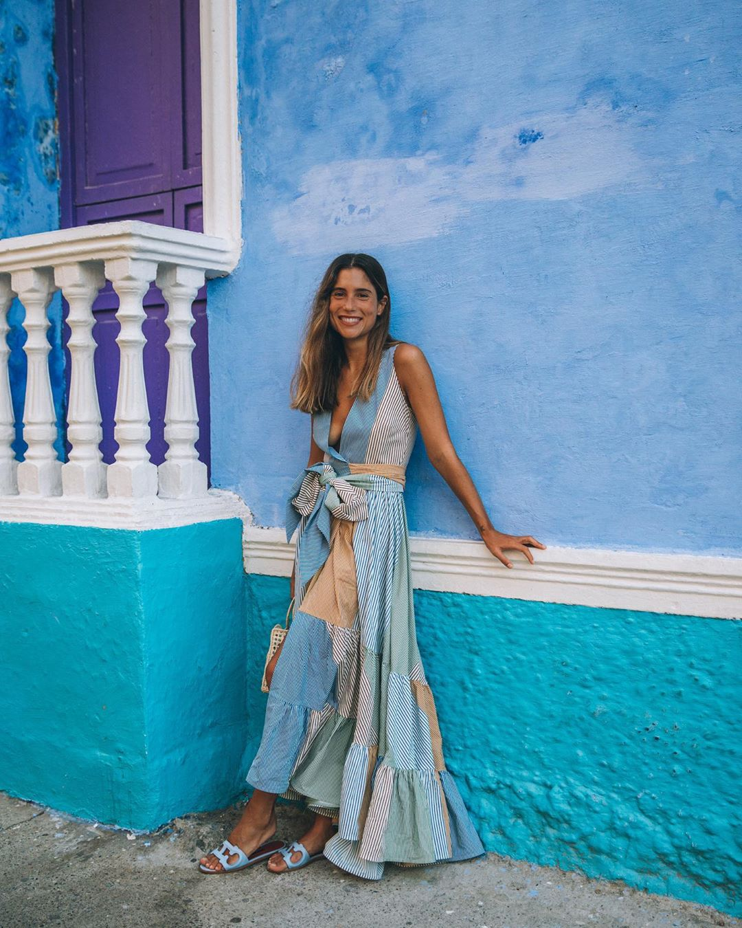 Cô gái mặc váy maxi, mang dép nữ màu xanh