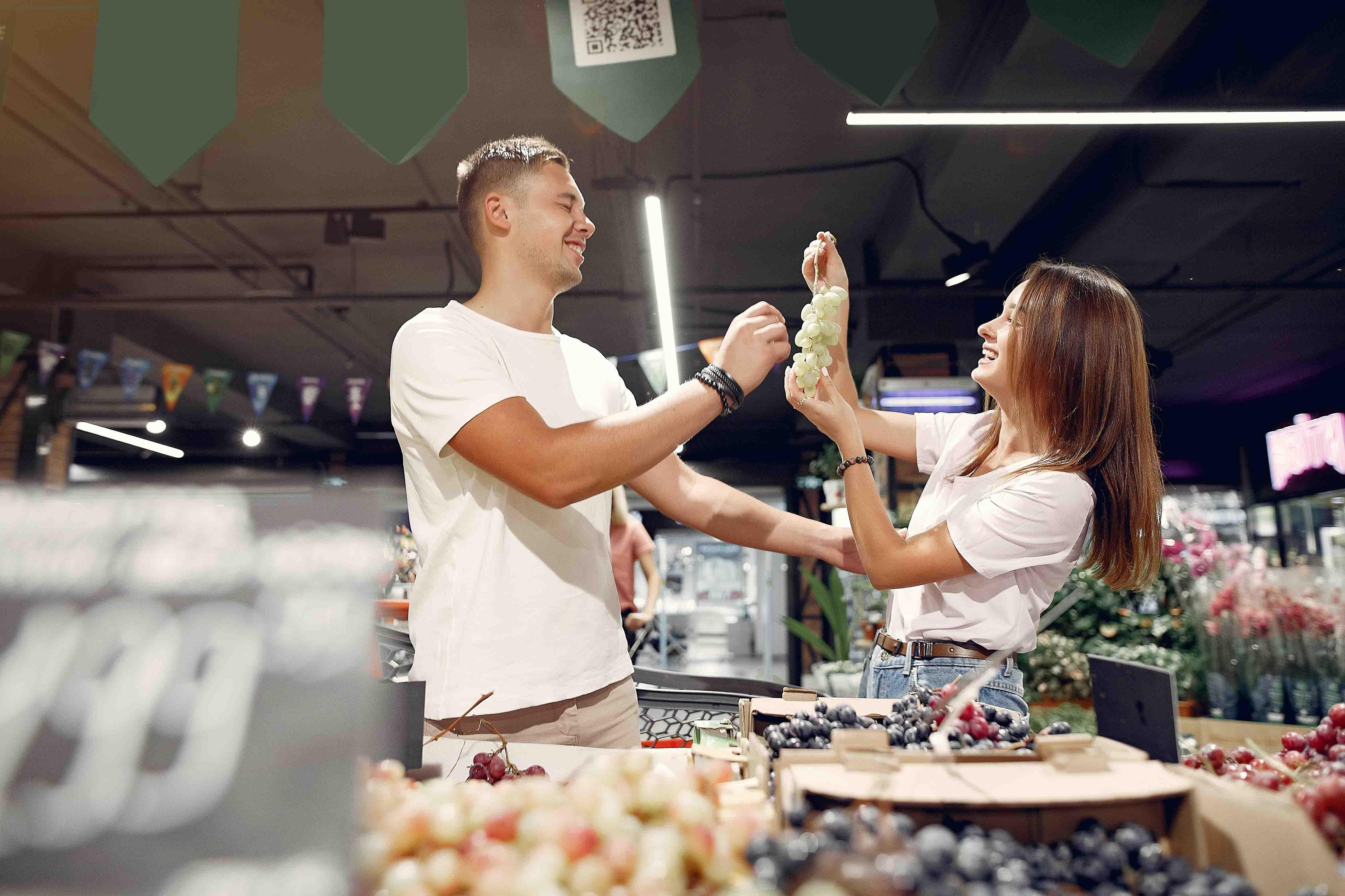 yêu thương - cặp đôi đi siêu thị
