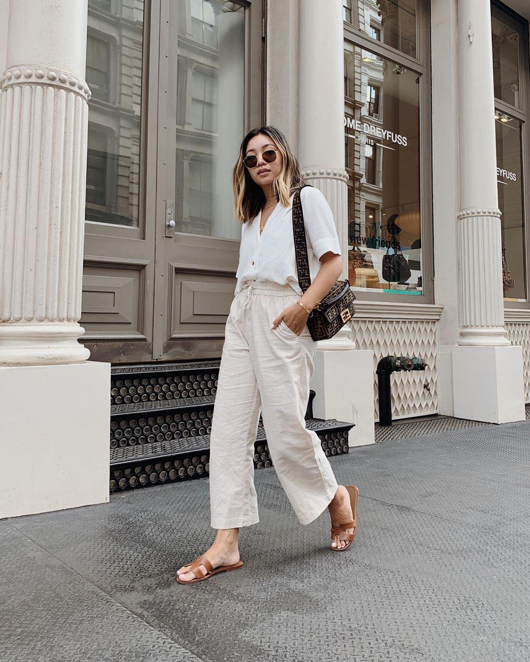 Cô gái mặc đồ trắng mang dép nữ quai ngang màu nâu