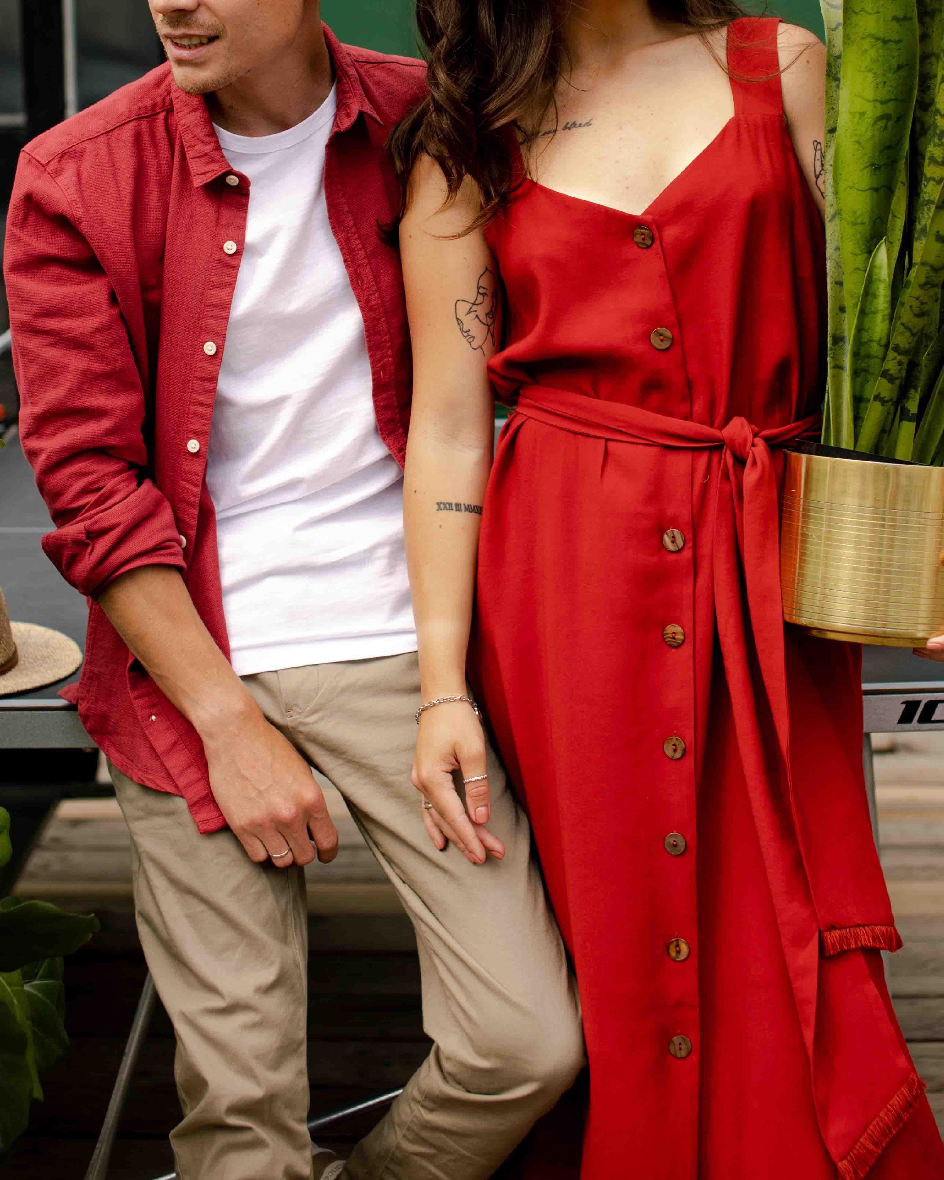 cặp đôi áo đỏ yêu thương nhau