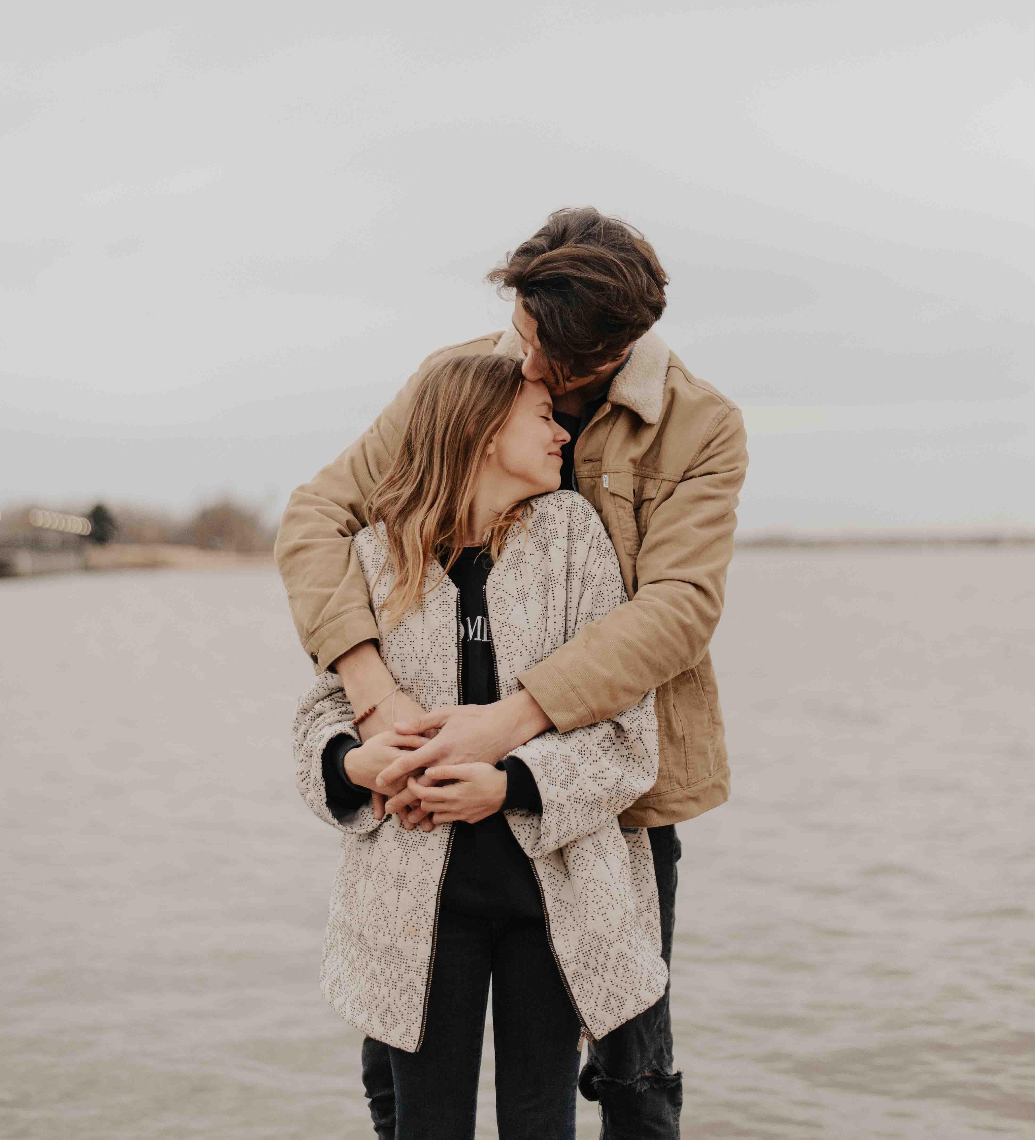 chàng trai yêu thương hôn trán cô gái