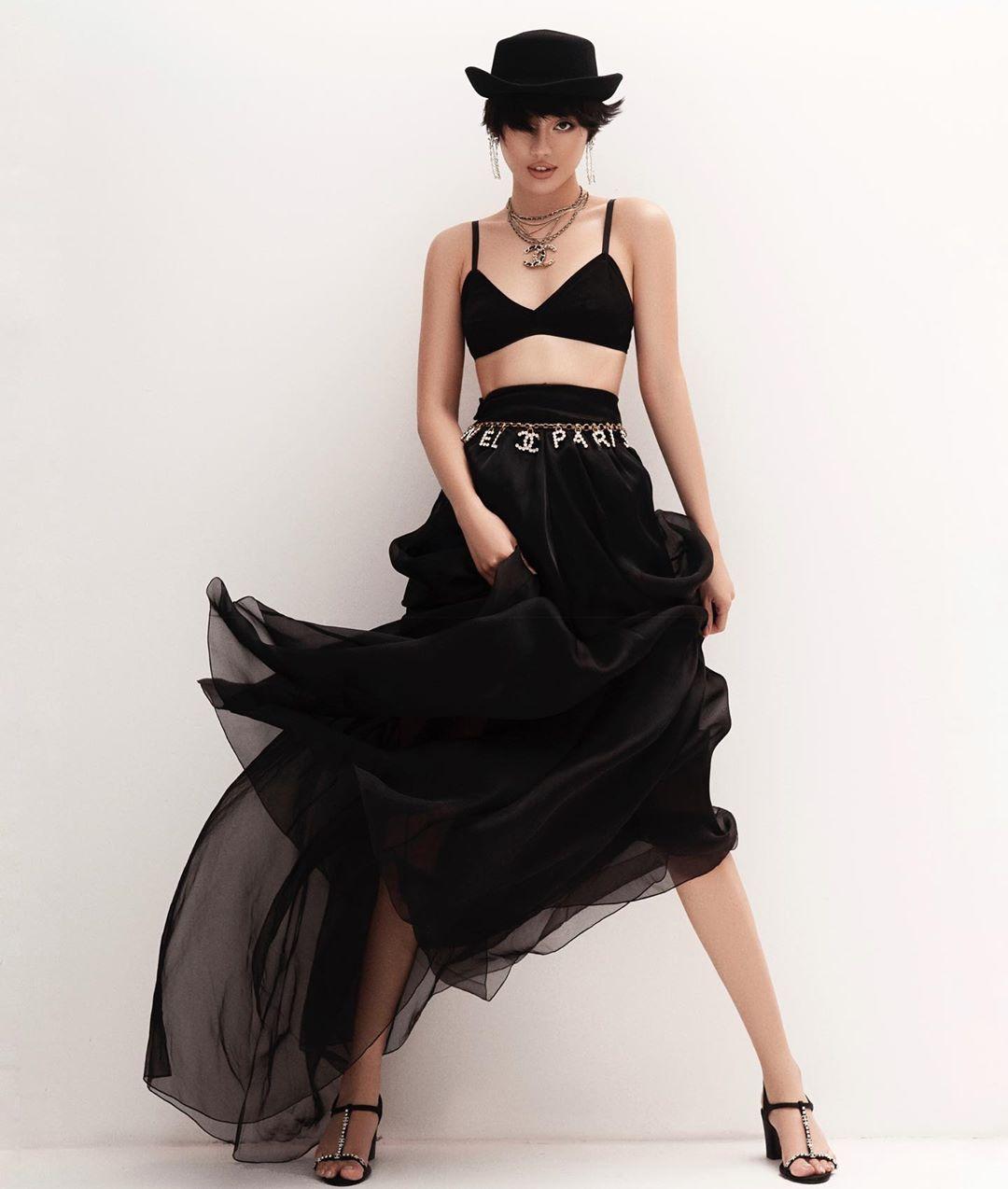 Bài học thời trang từ Coco Chanel - Khánh Linh mặc váy voan, đeo thắt lưng xích Chanel
