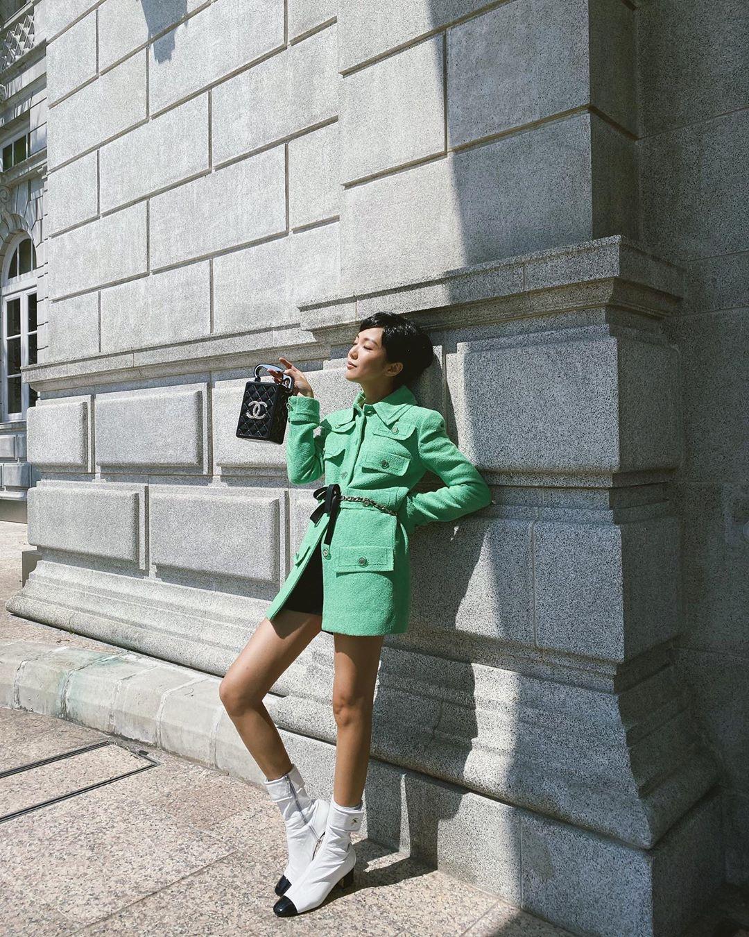 Bài học thời trang từ Coco Chanel - Yoyo Cao mặc áo tweed xanh, mang bốt trắng, xách túi Chanel
