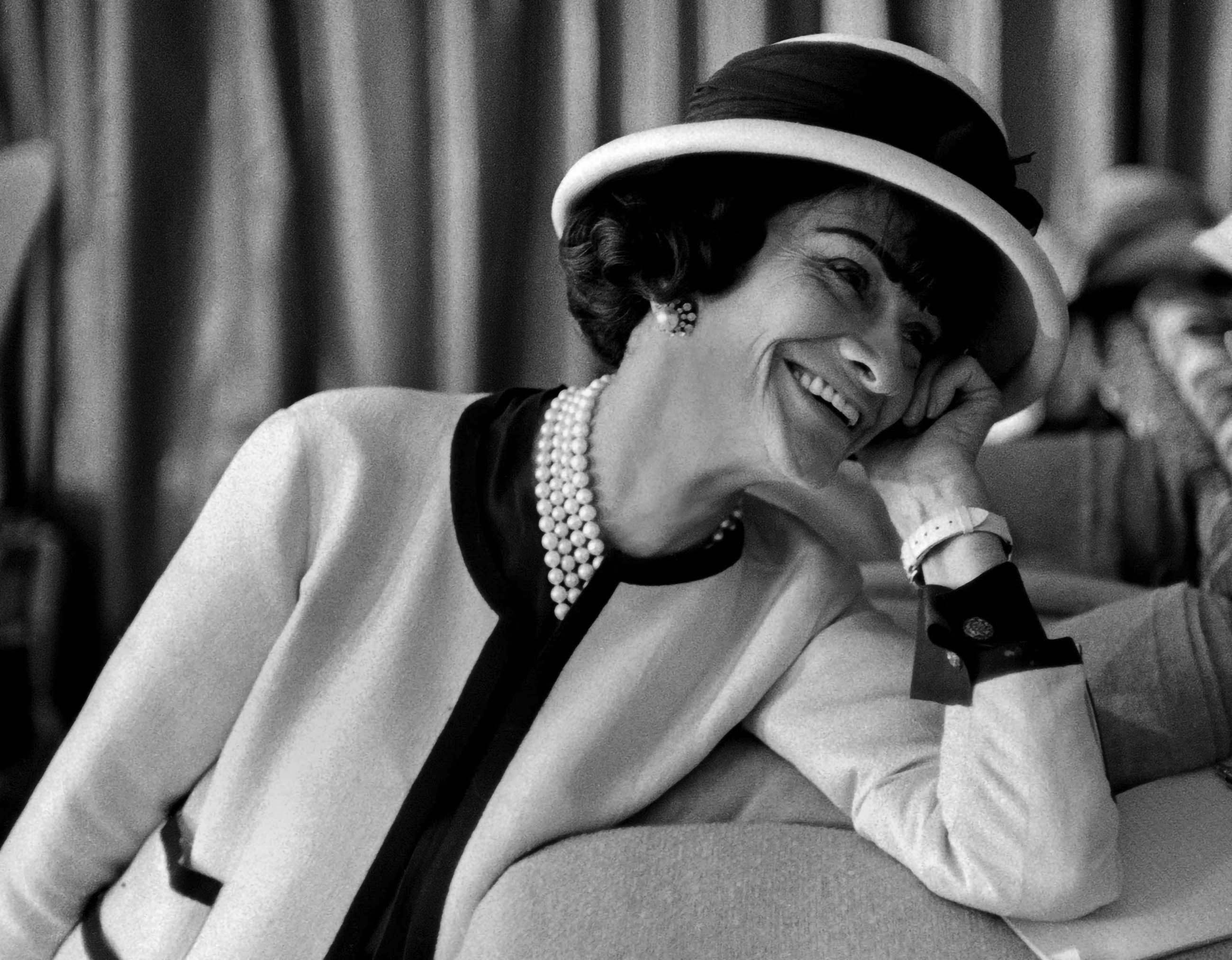 Chân dung Coco Chanel đeo dây chuyền ngọc trai