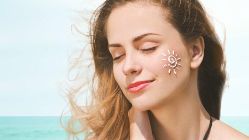 Sử dụng kem chống nắng ngăn ngừa nếp nhăn trên trán
