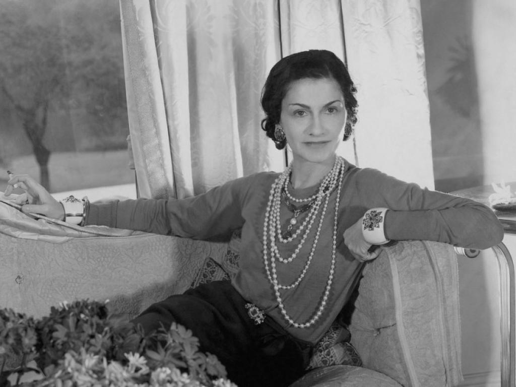 Coco Chanel đeo dây chuyền ngọc trai nhiều lớp