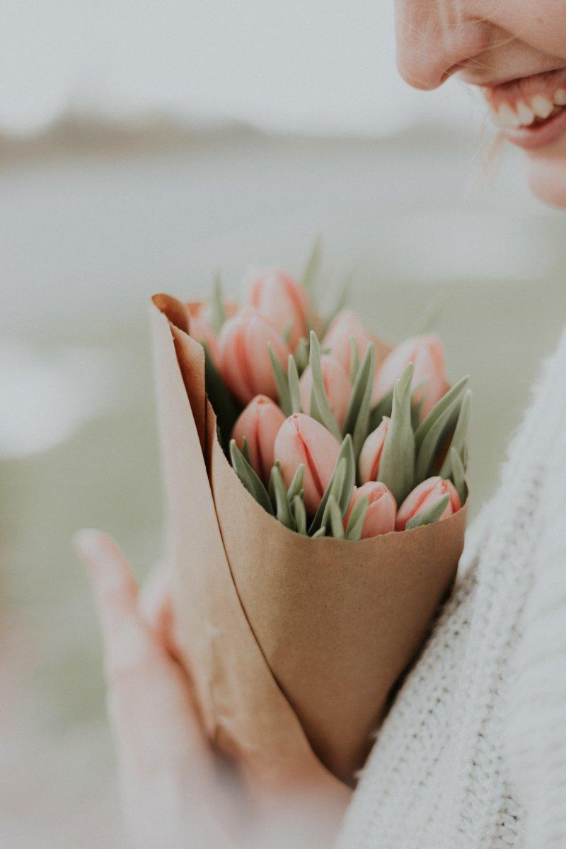 tinh thần - cô gái cầm bó hoa