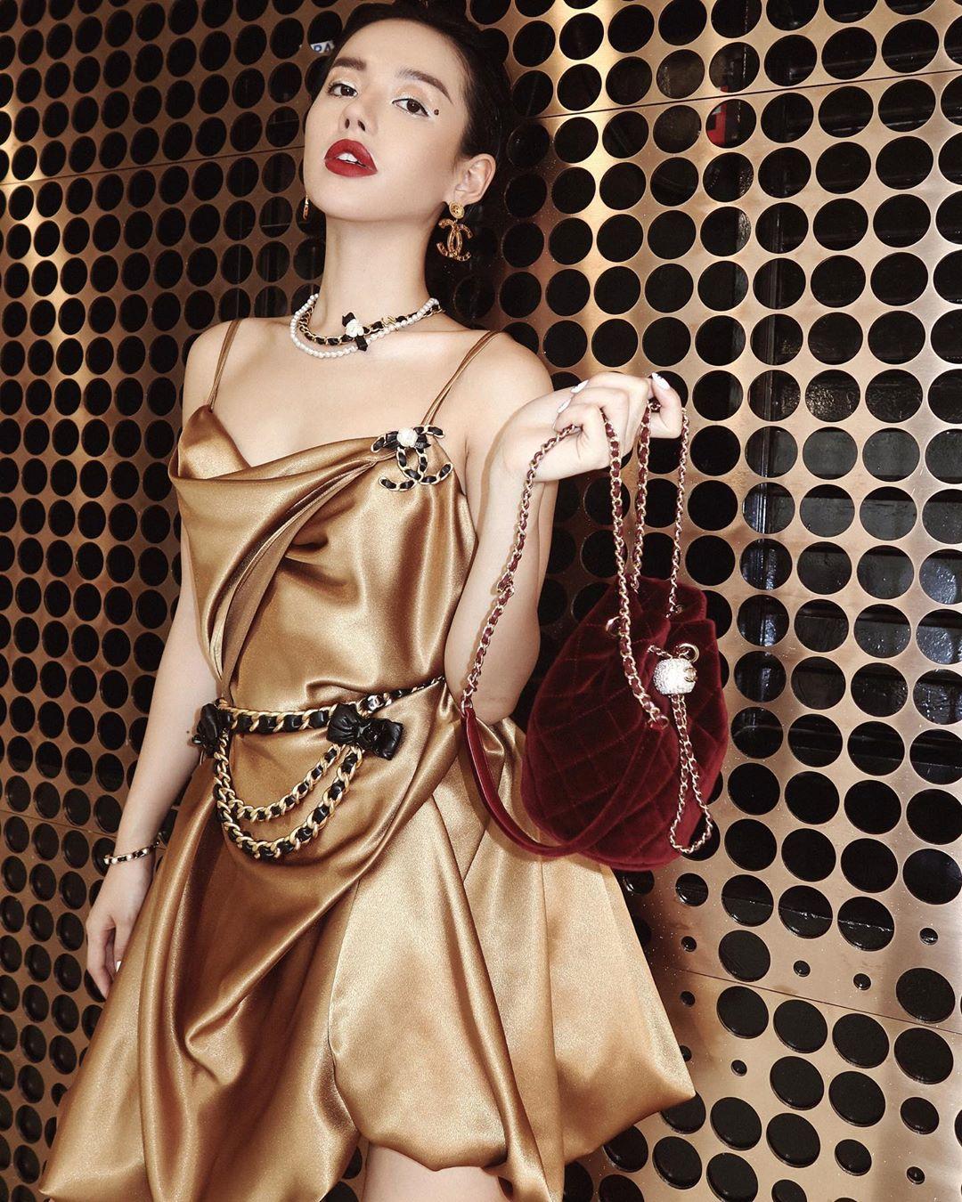 Khánh Linh mặc đầm satin đeo thắt lưng xích Chanel