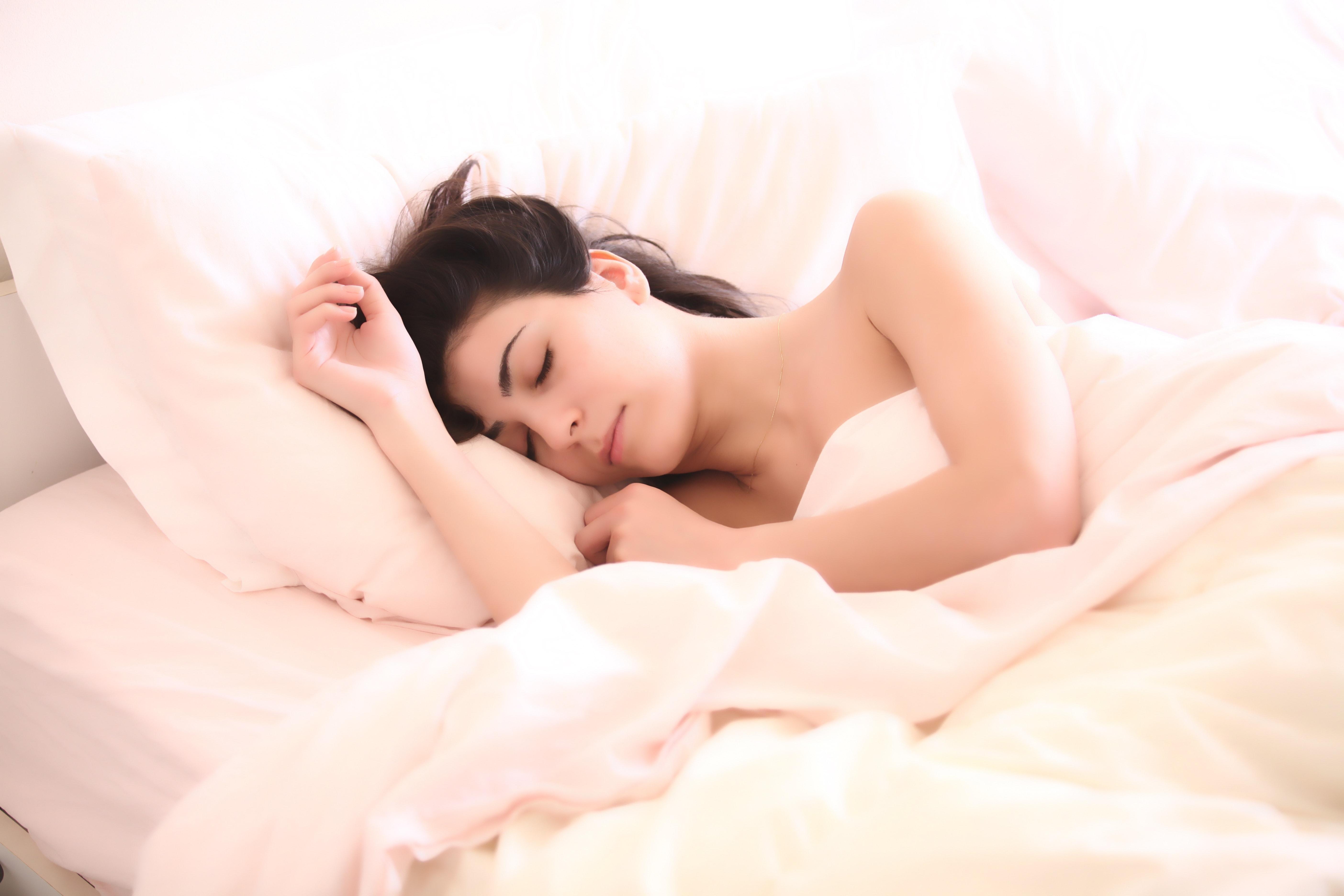 cô gái cso giấc ngủ ngon trên giường