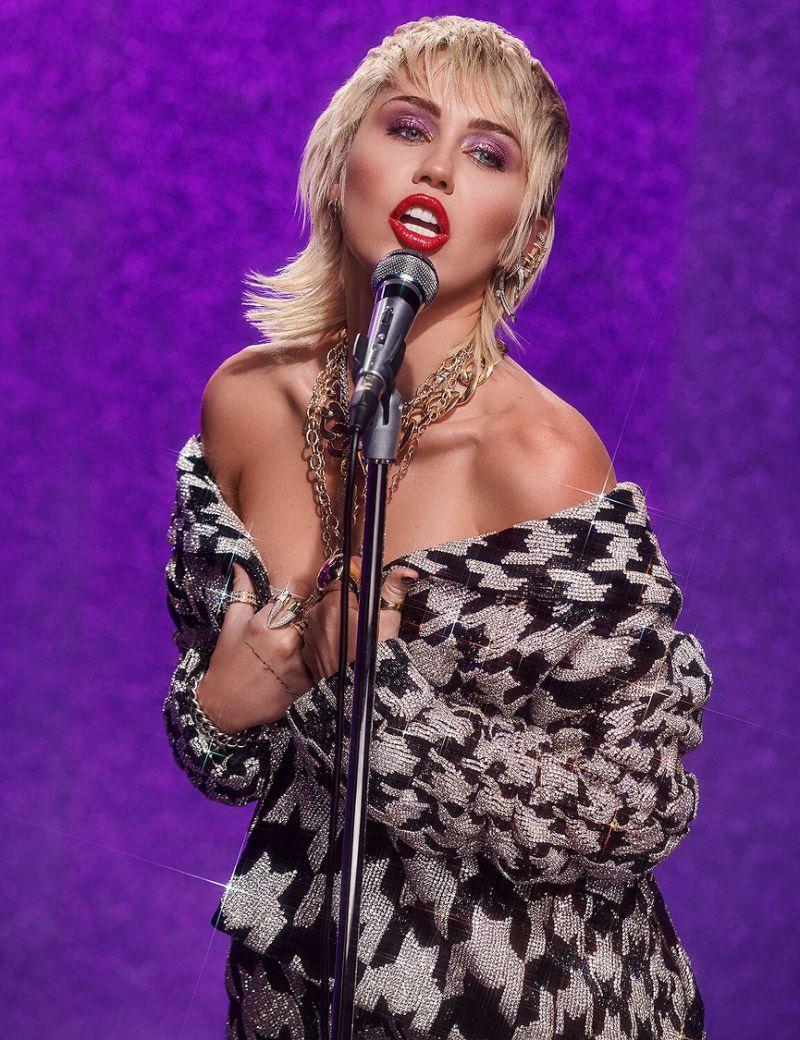 """làm đẹp - Miley Cyrus đã trở lại hoành tráng với ca khúc """"Midnight Sky""""."""