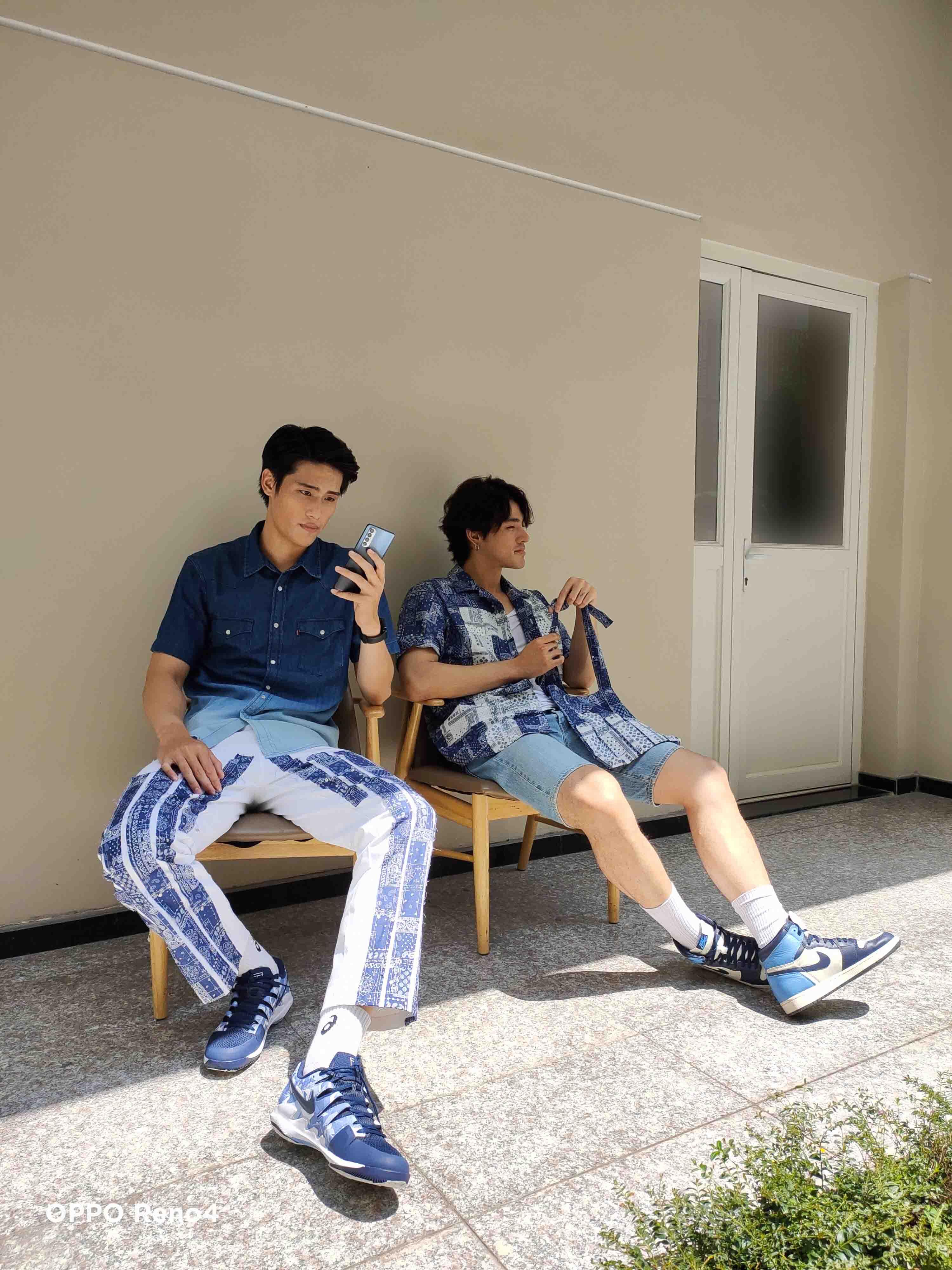 hai chàng trai phong cách cầm oppo reno4