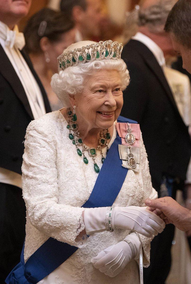 Nữ hoàng Elizabeth chọn trang sức đá ngọc lục bảo theo cung hoàng đạo kim ngưu