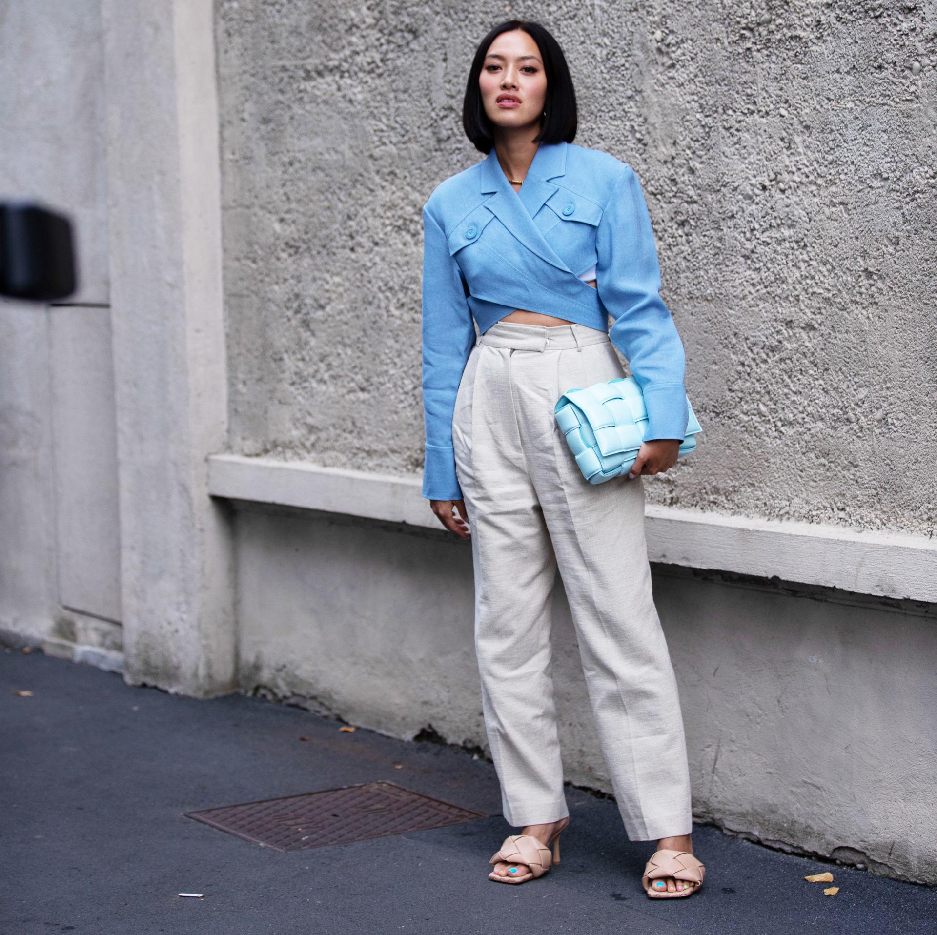 Cô gái phối đồ công sở áo màu xanh quần linen túi cầm tay