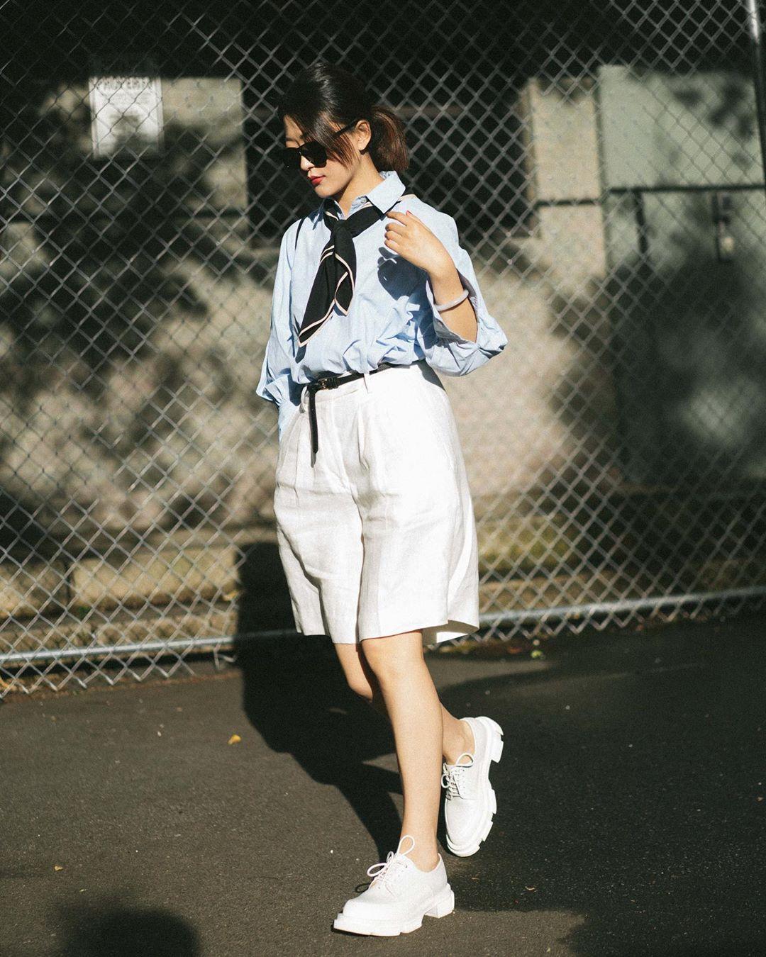Cô gái phối đồ công sở phong cách menswear áo sơ mi xanh quần bermuda trắng