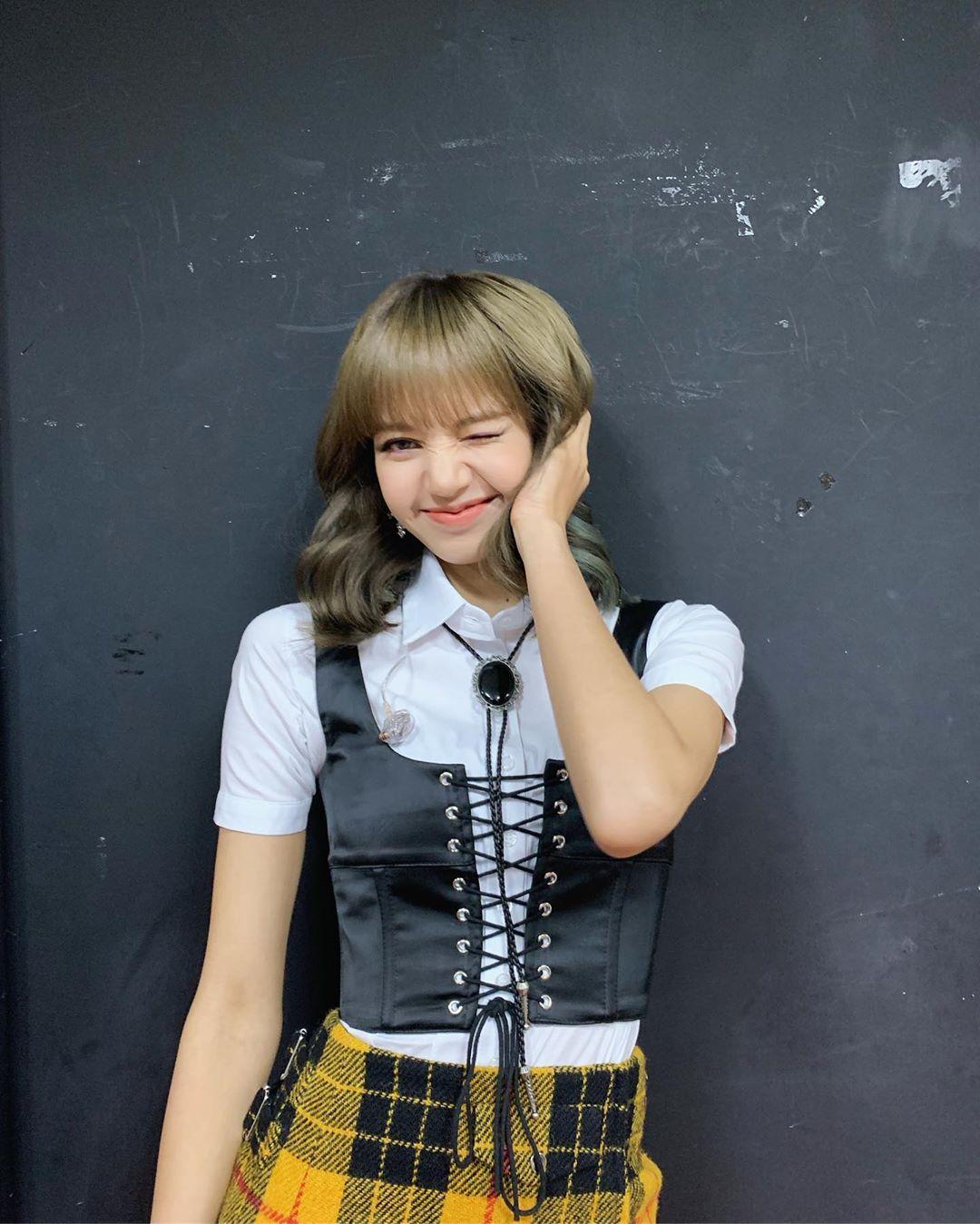 lisa blackpink mặc áo corset phong cách thời trang y2k