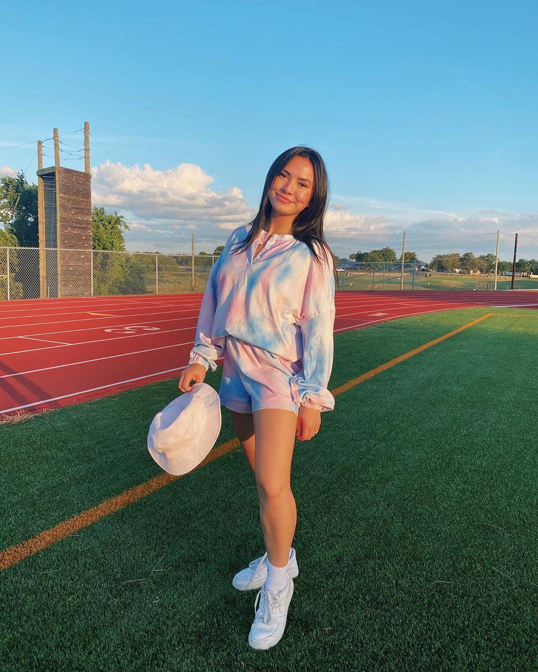 phong cách thời trang athleisure họa tiết tie dye pastel haley pham
