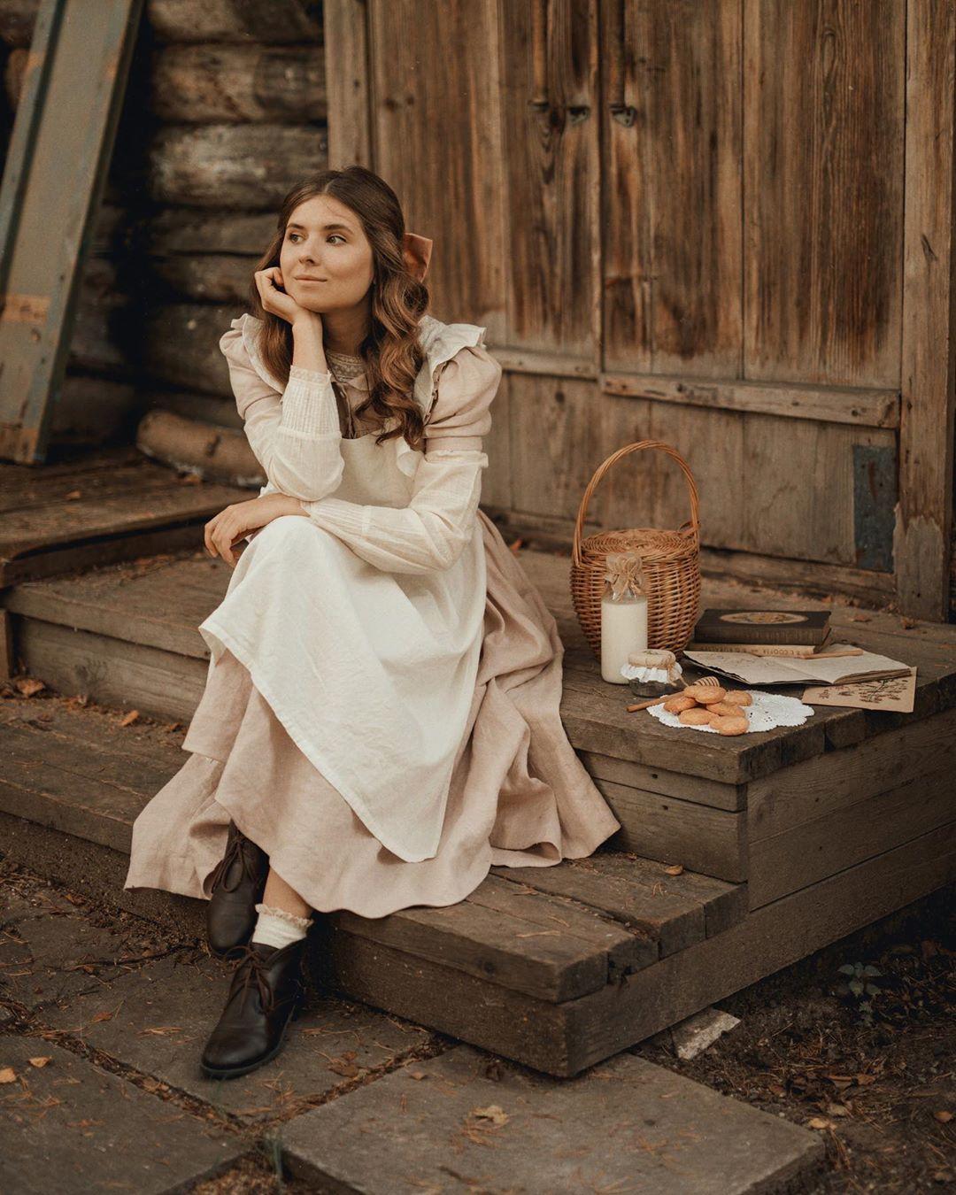 cô gái với phong cách thời trang cottagecore đầm hồng tạp dề trắng