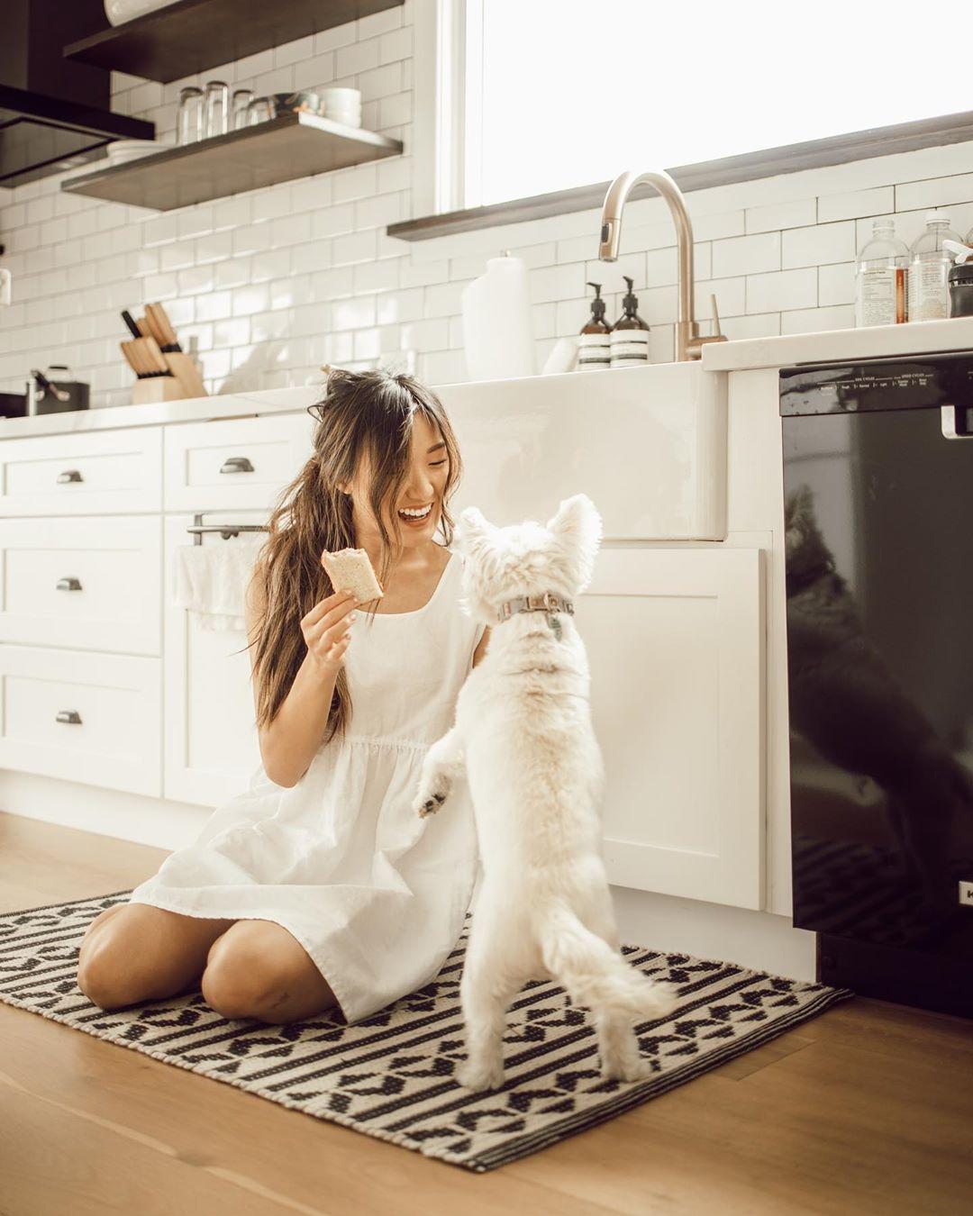 cô gái mặc váy trắng phong cách thời trang cottagecore