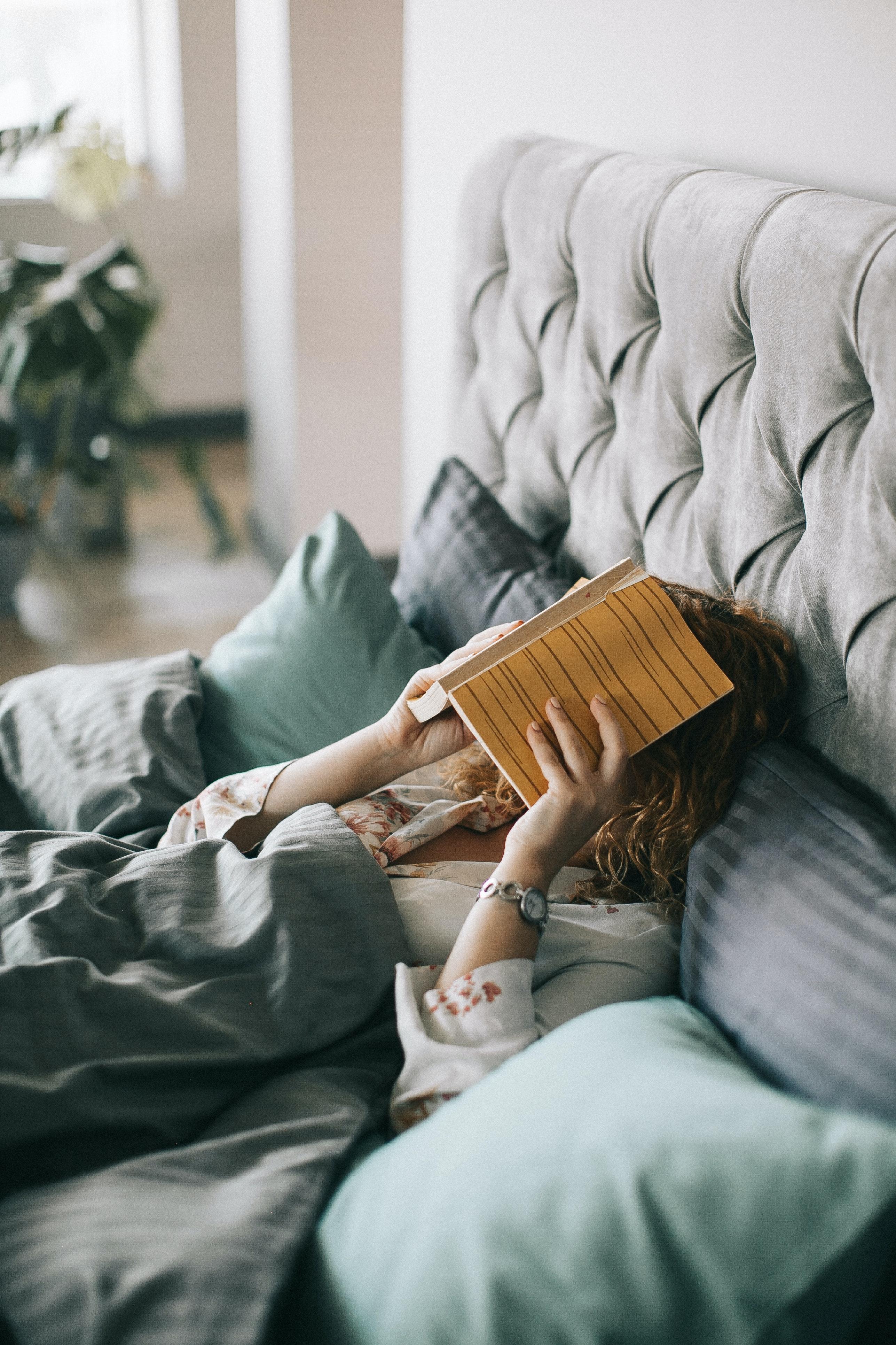bệnh tâm lý cô gái cầm sách