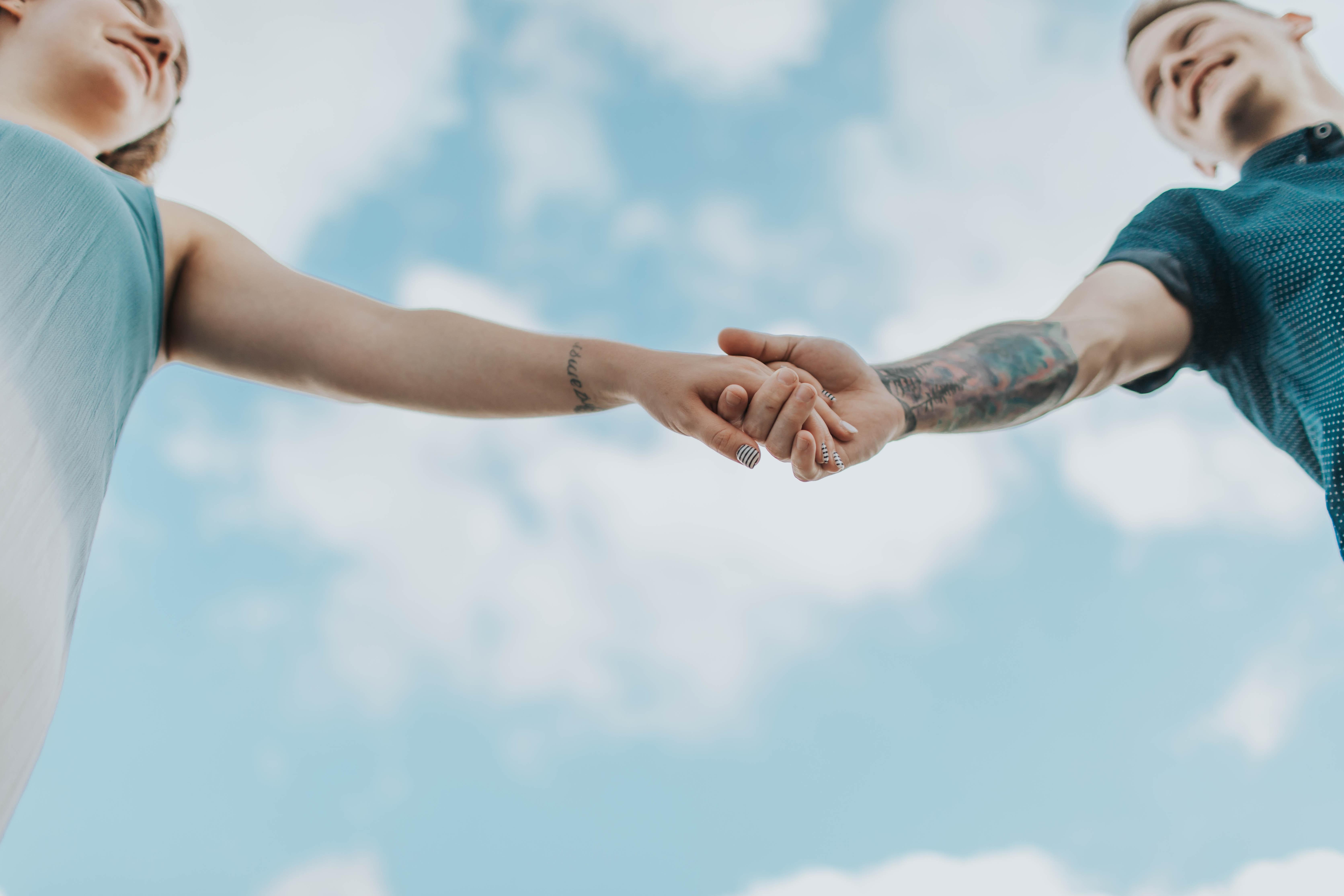 hiệu ứng cánh bướm khi yêu nắm tay giữa bầu trời