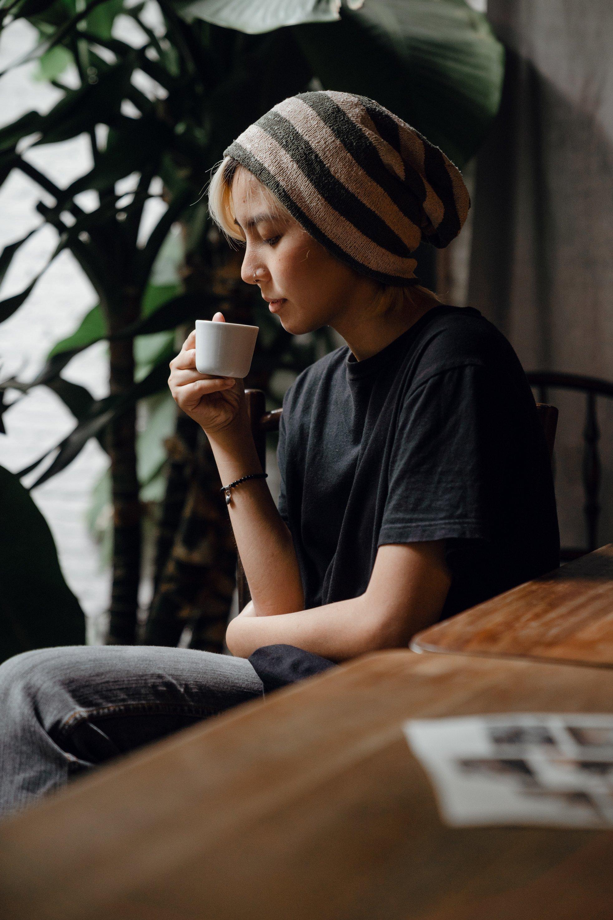 riêng tư cô gái uống cà phê