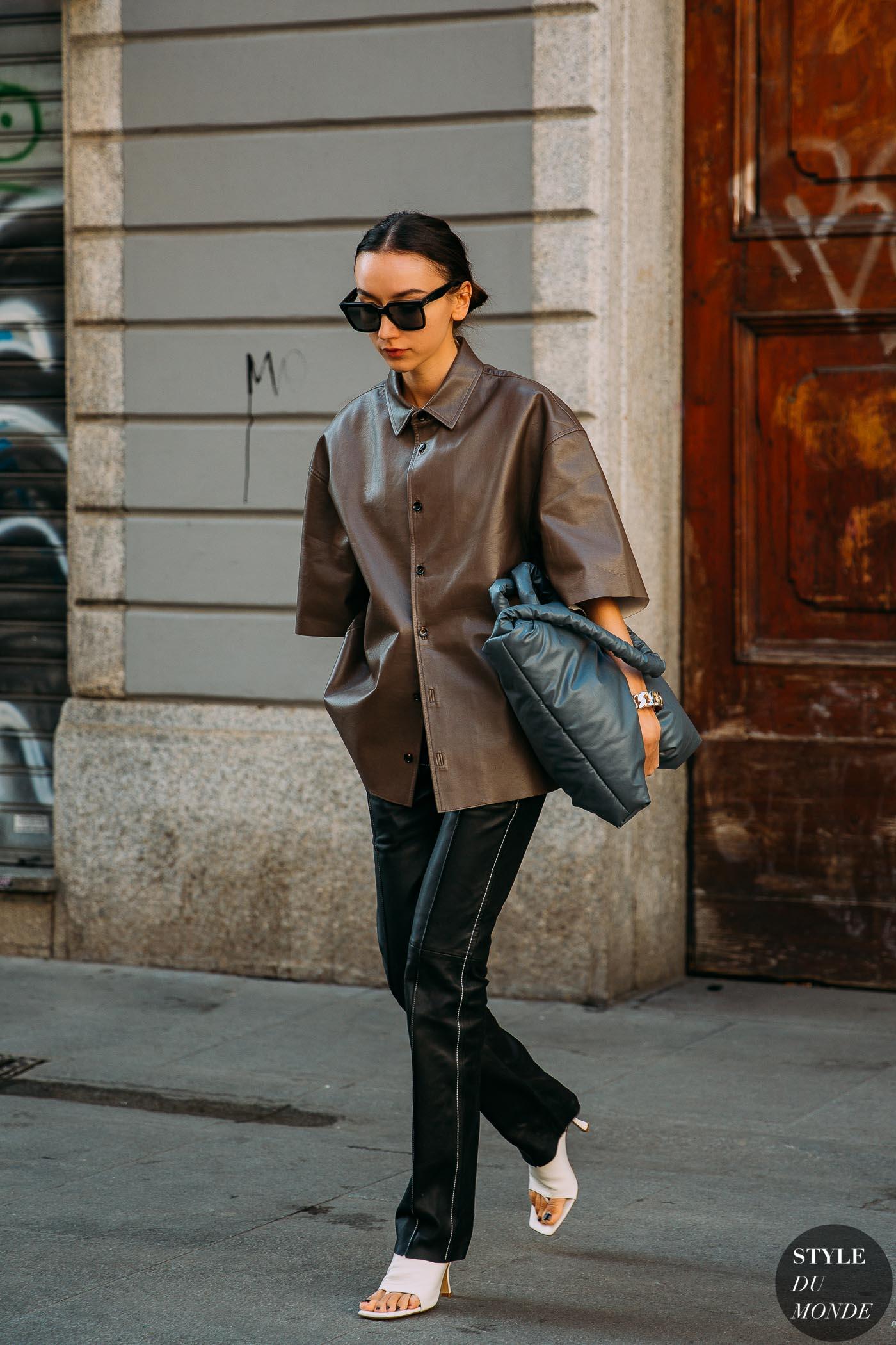 cô gái mặc đồ da nâu và quần đen street style