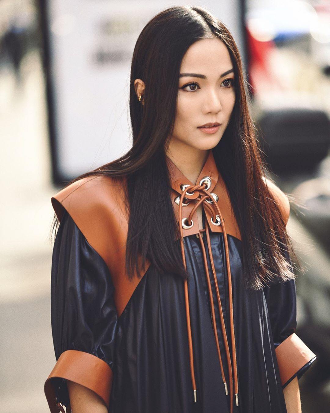 cô gái mặt áo denim và đồ da nâu tóc đen dài