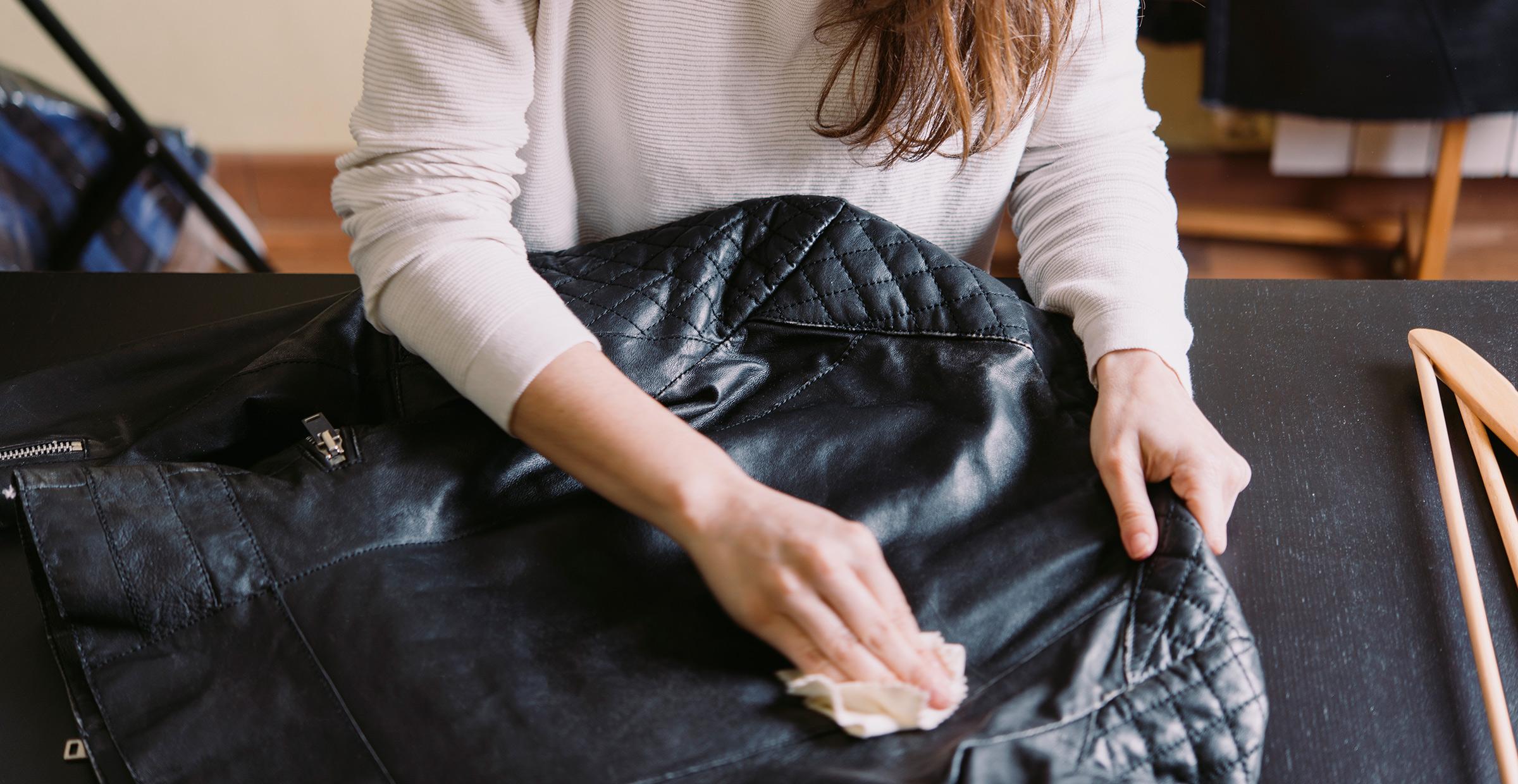 bảo quản đồ da cô gái lau áo khoác da đen
