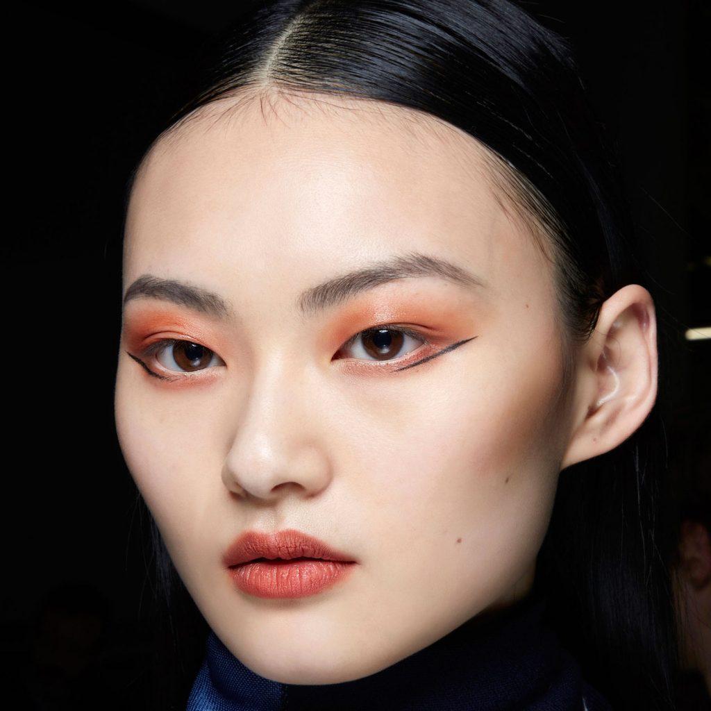 Cận cảnh đường eyeliner sắc sảo từ một người mẫu trong BST Thu Đông 2020 của thương hiệu Missoni.