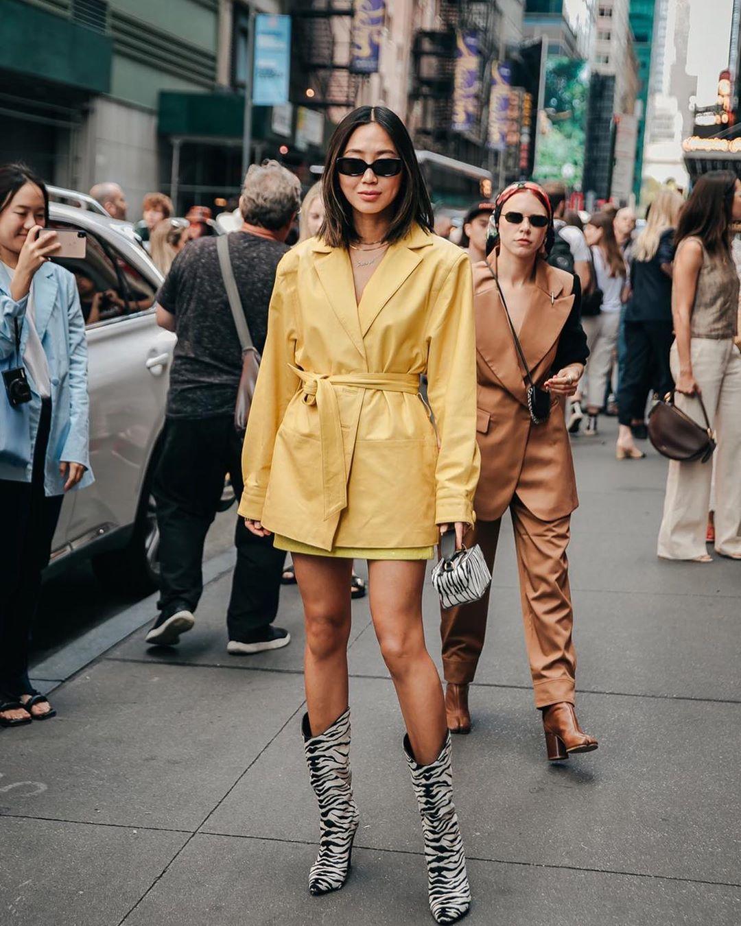 Xu hướng thời trang - Aimee Song mặc blazer da màu vàng
