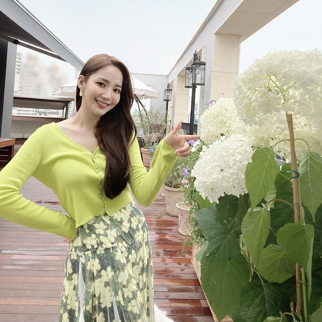 Xu hướng thời trang - Park Min Young mặc cardigan xanh chân váy hoa