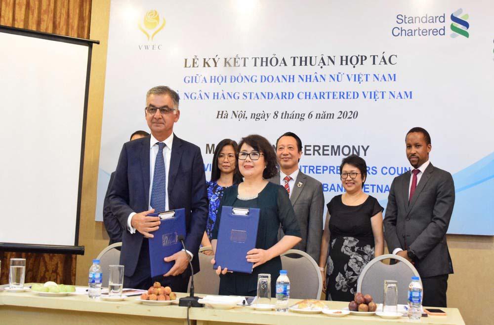 phụ nữ lễ ký kết thỏa thuận hợp tác