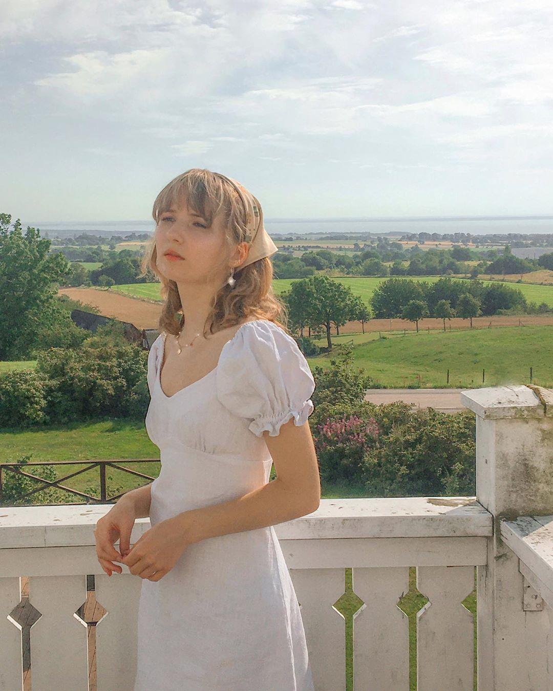 cô gái mặc váy trắng đeo bandana