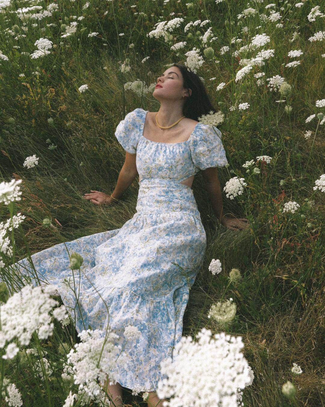cô gái mặc váy hoa xanh giữa đồng hoa cúc