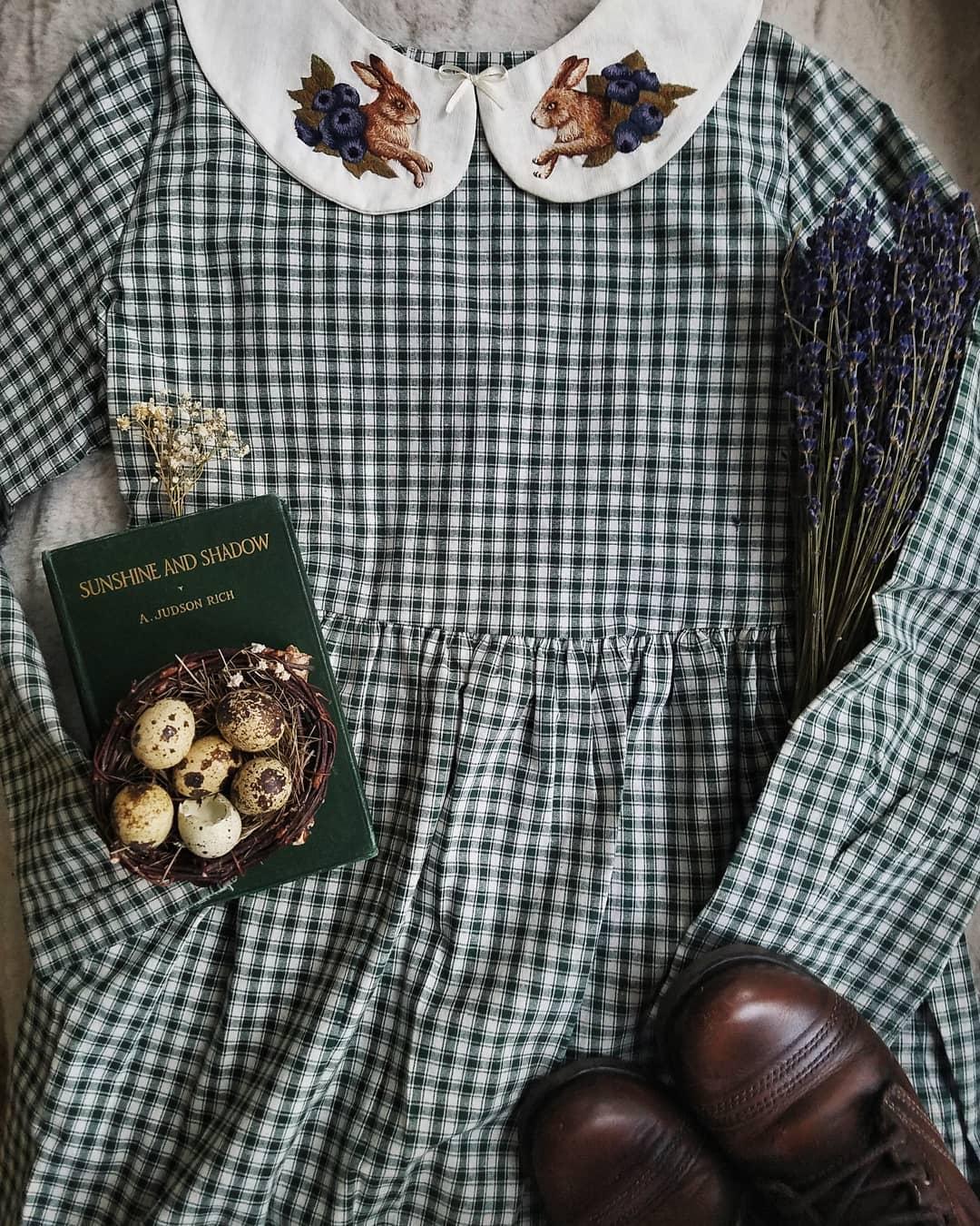 phong cách thời trang cottagecore váy caro xanh lá
