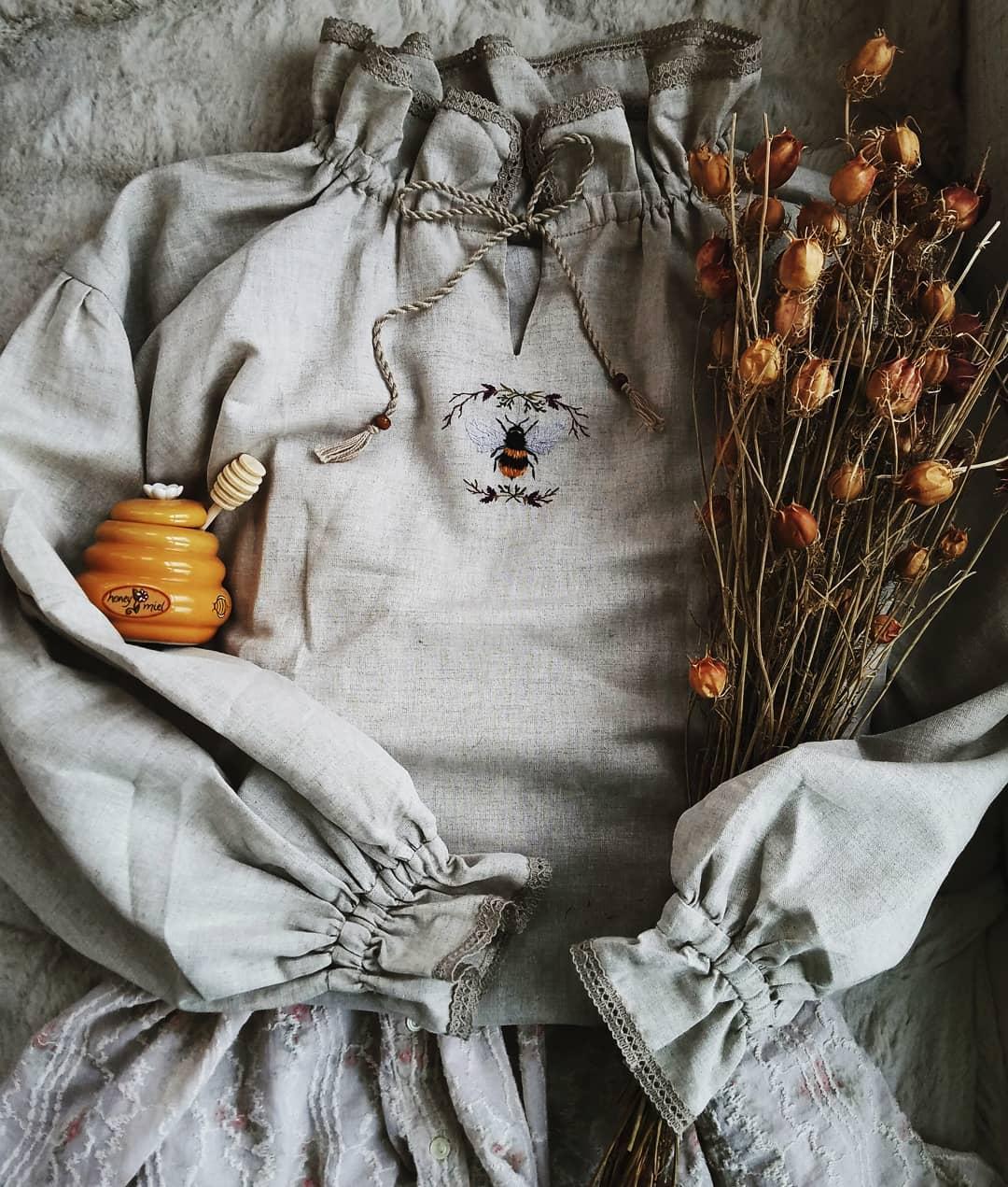 phong cách thời trang cottagecore áo cổ cao trắng