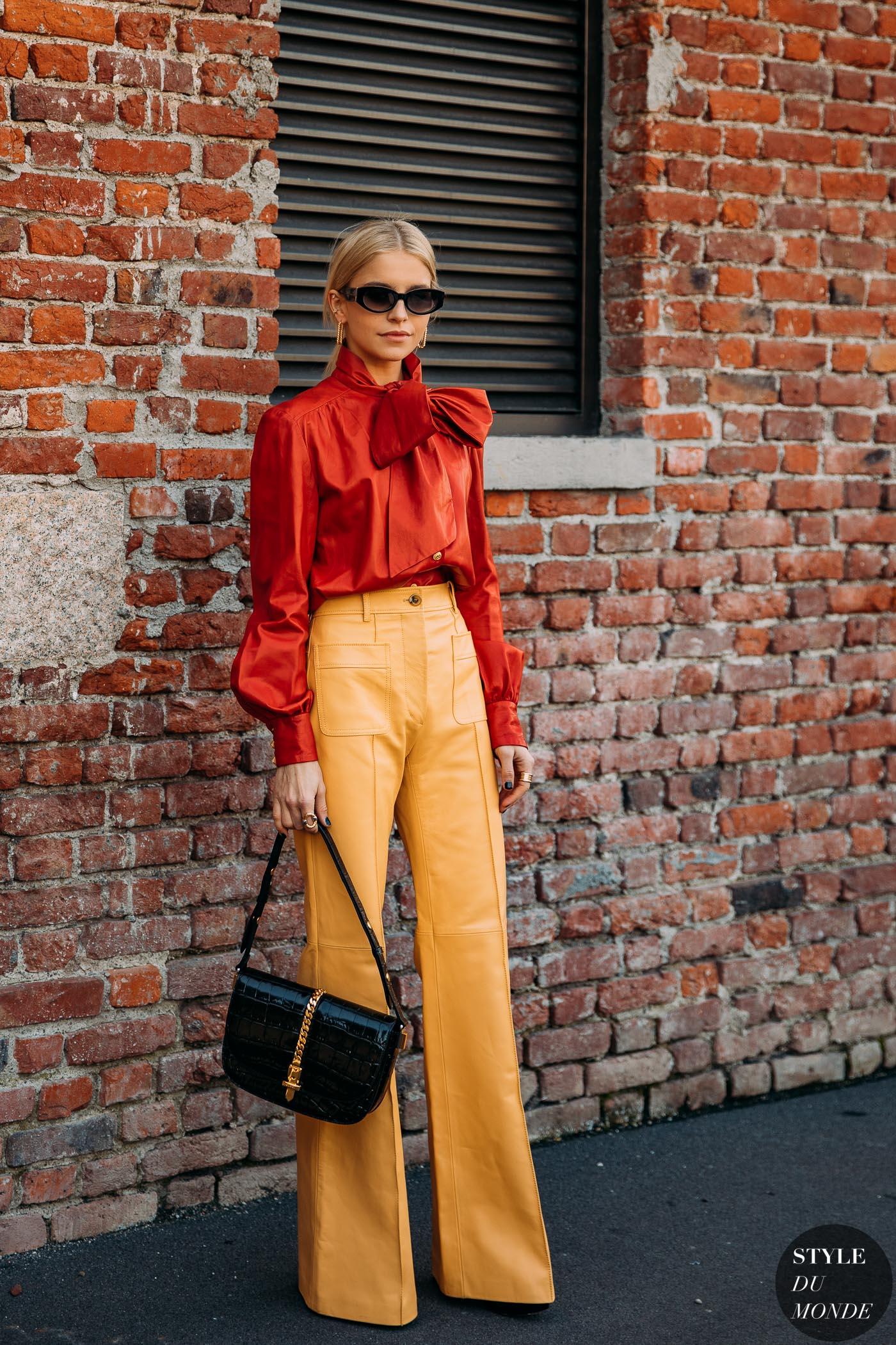 cô gái mặc quần màu vàng mù tạt phối với áo đỏ