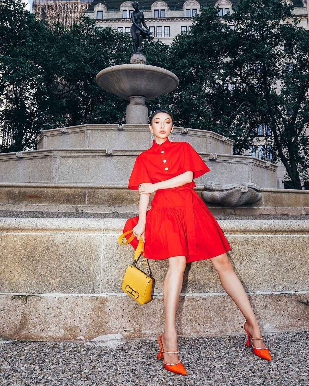 túi màu vàng mù tạt phối với trang phục đỏ