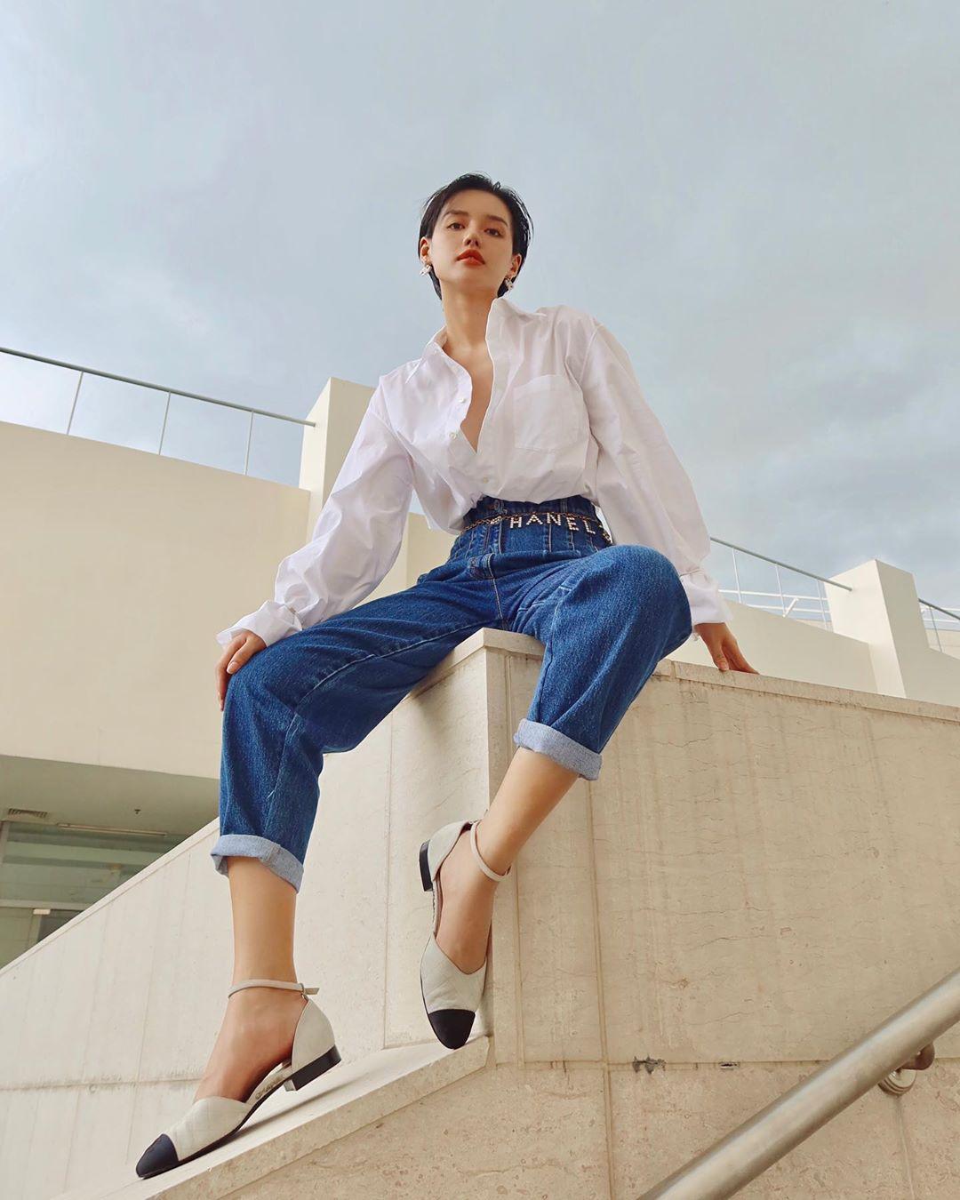 Phụ kiện thời trang cung xử nữ - Khánh Linh mặc áo sơ mi trắng, quần jeans, mang giày mũi nhọn